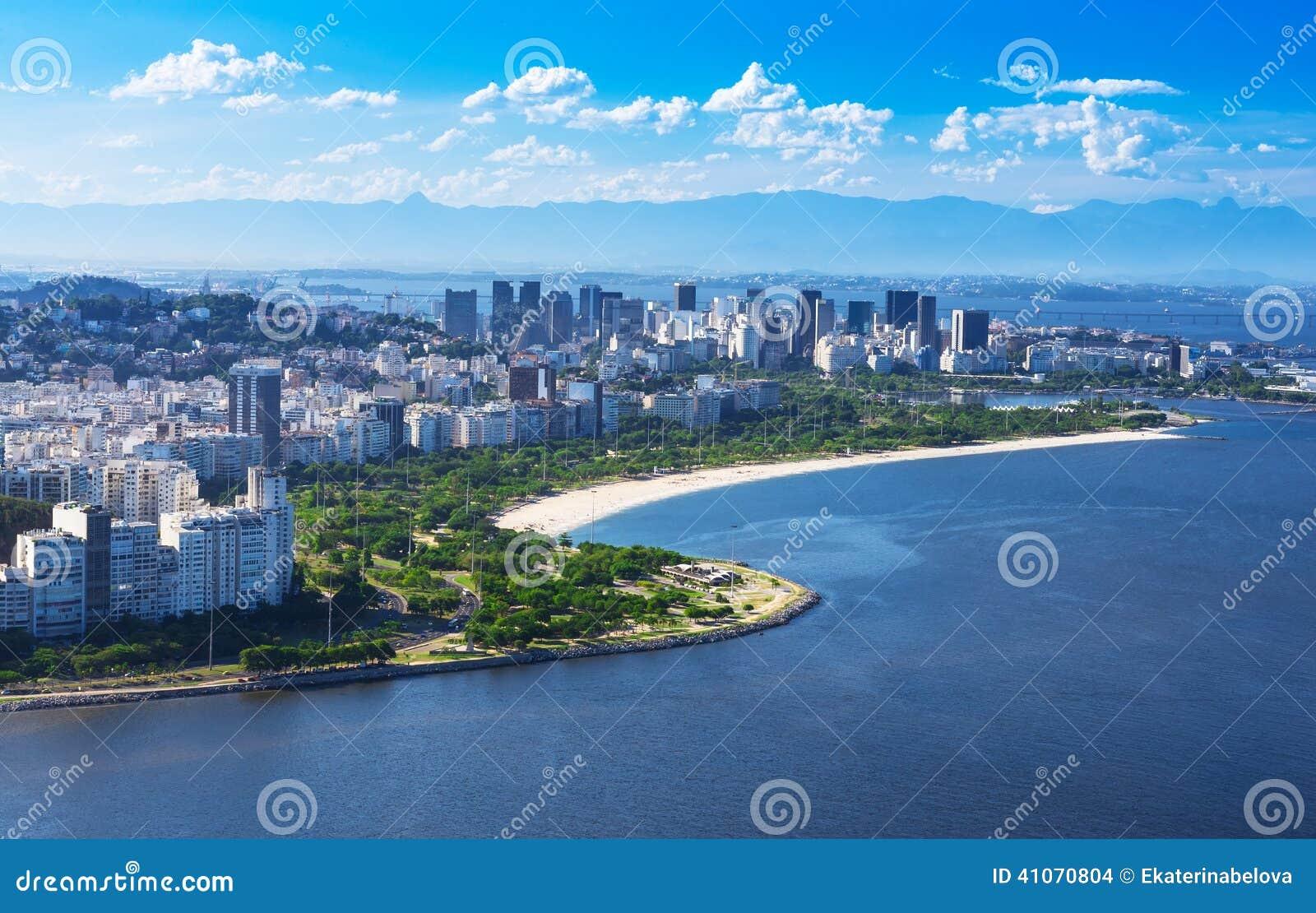 Vista della spiaggia e del distretto di Flamengo e Centro in Rio de Janeiro