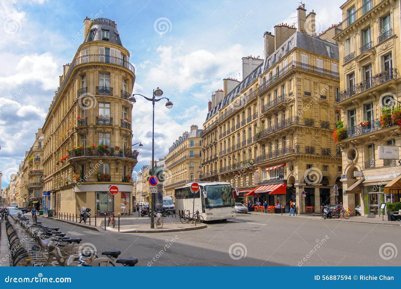 Vista della via della città di Parigi