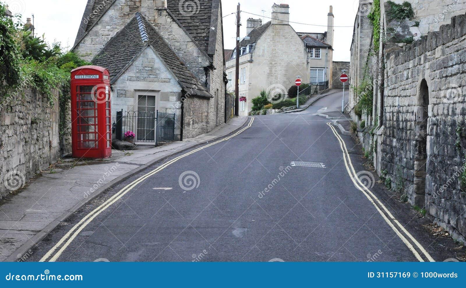 Vista della via di una città inglese