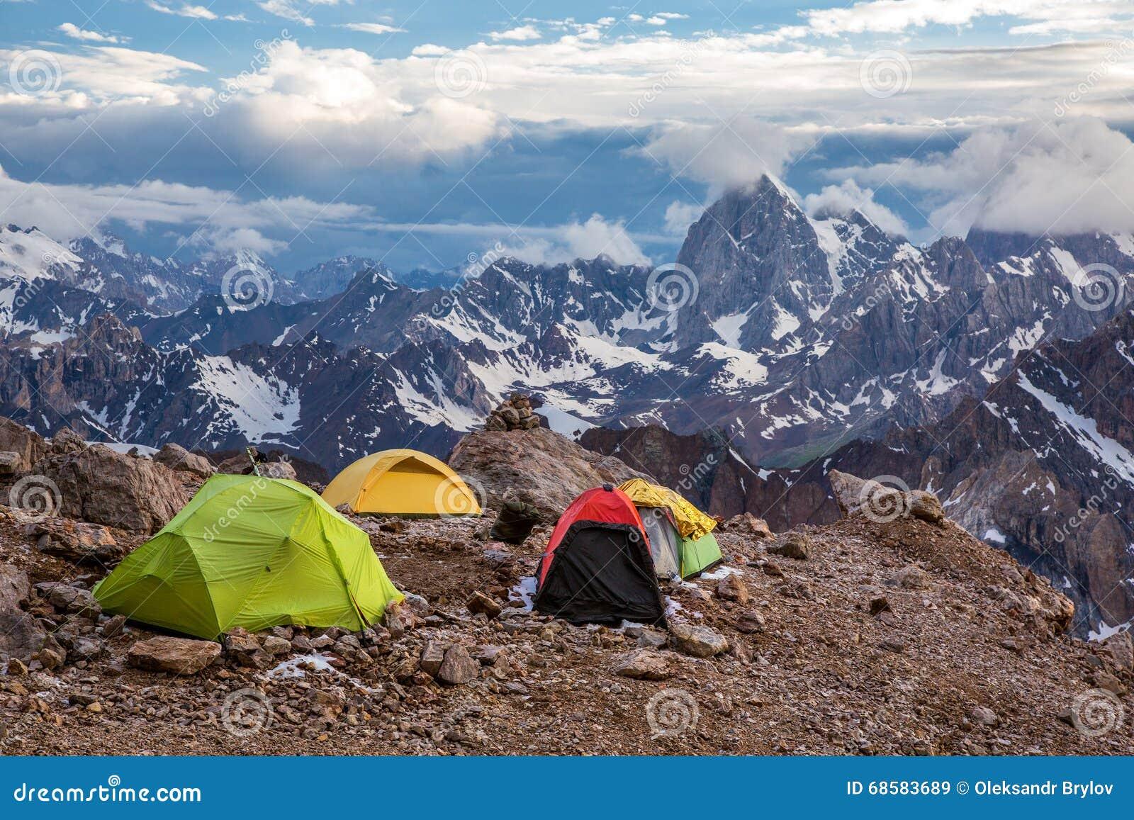 vista delle tende e dell 39 alta montagna di campeggio