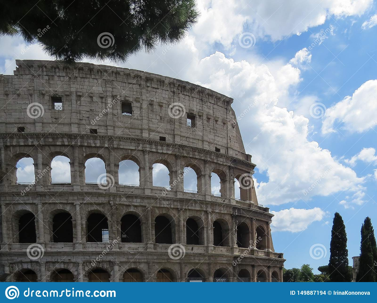 Vista detalhada da parede exterior do Colosseum em Roma contra um céu nebuloso azul