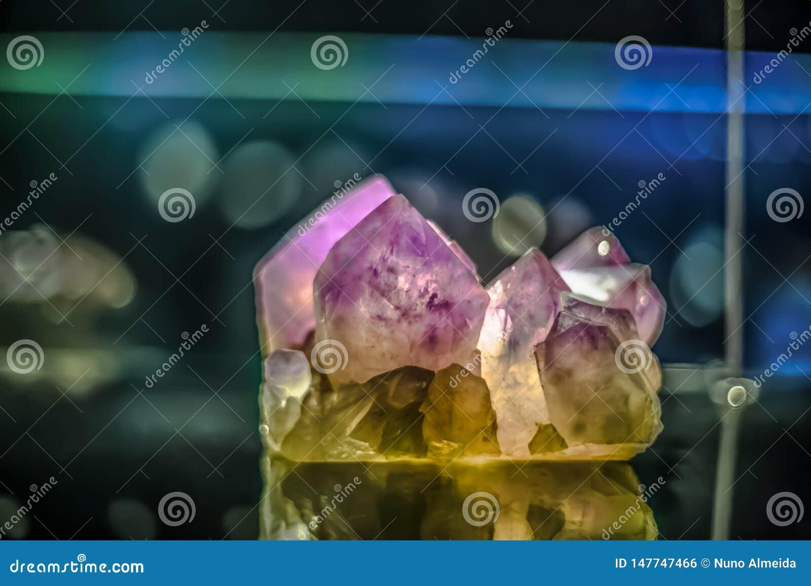 Vista detalhada de uma pedra mineral no fundo borrado