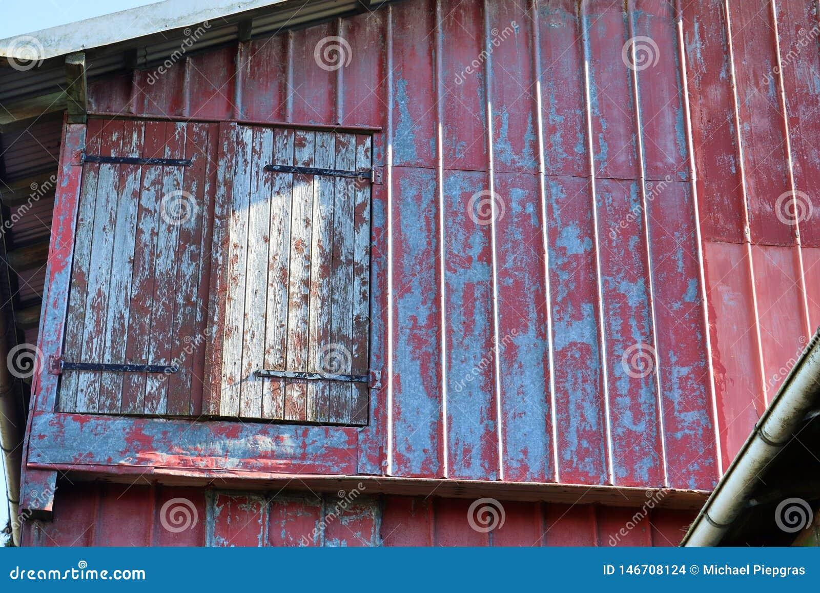 Vista detalhada em uma casa da quinta envelhecida e abandonada em um dia ensolarado