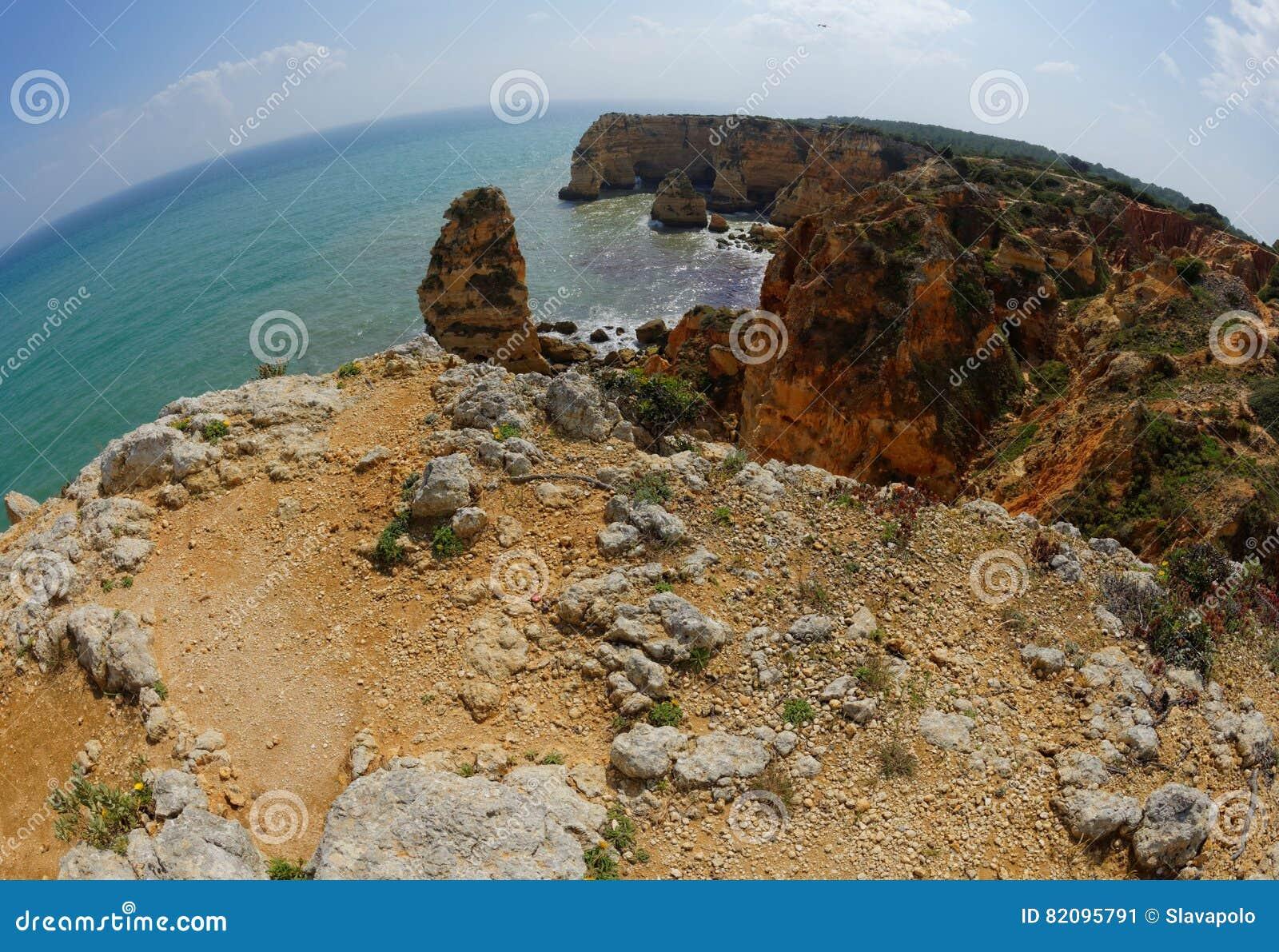 Vista di Fisheye della spiaggia del da Marinha della Praia nel Portogallo