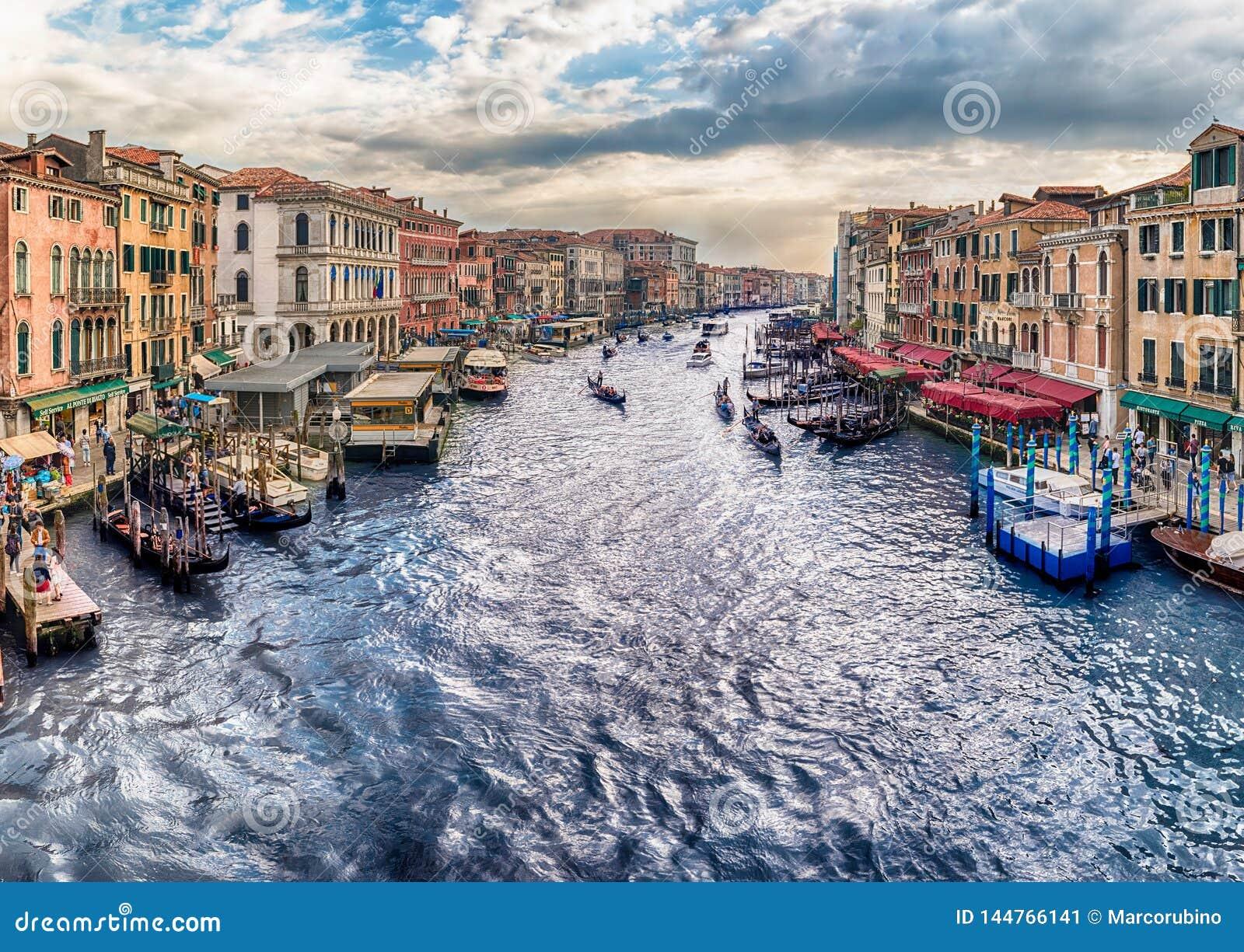 Vista di Grand Canal dal ponte di Rialto, Venezia, Italia