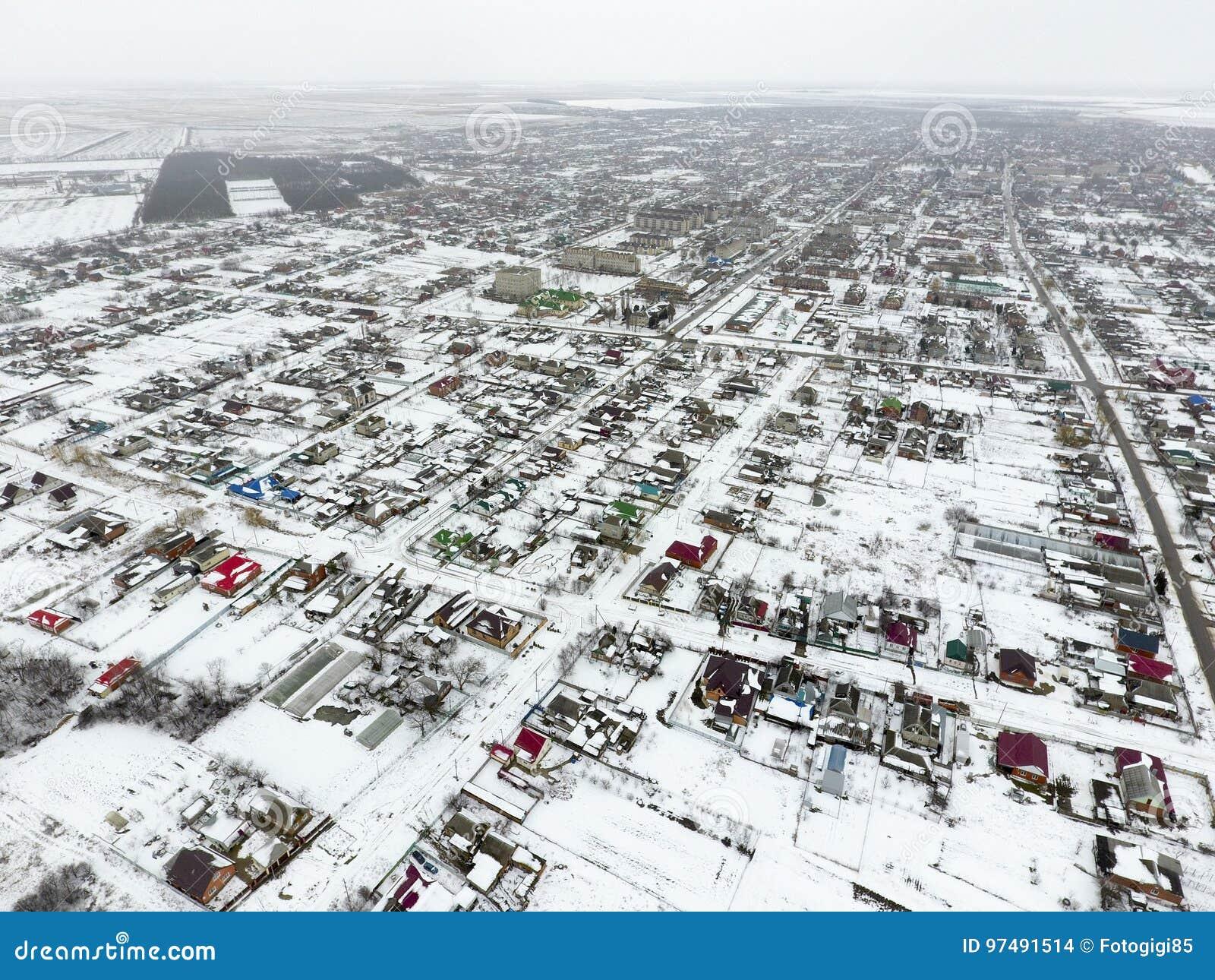 Vista di inverno dalla vista di occhio dell uccello del villaggio Le vie sono coperte di neve