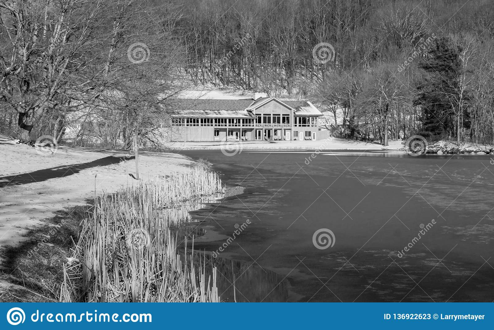 Vista di inverno dei picchi della casetta della lontra, del lago Abbott e della traccia