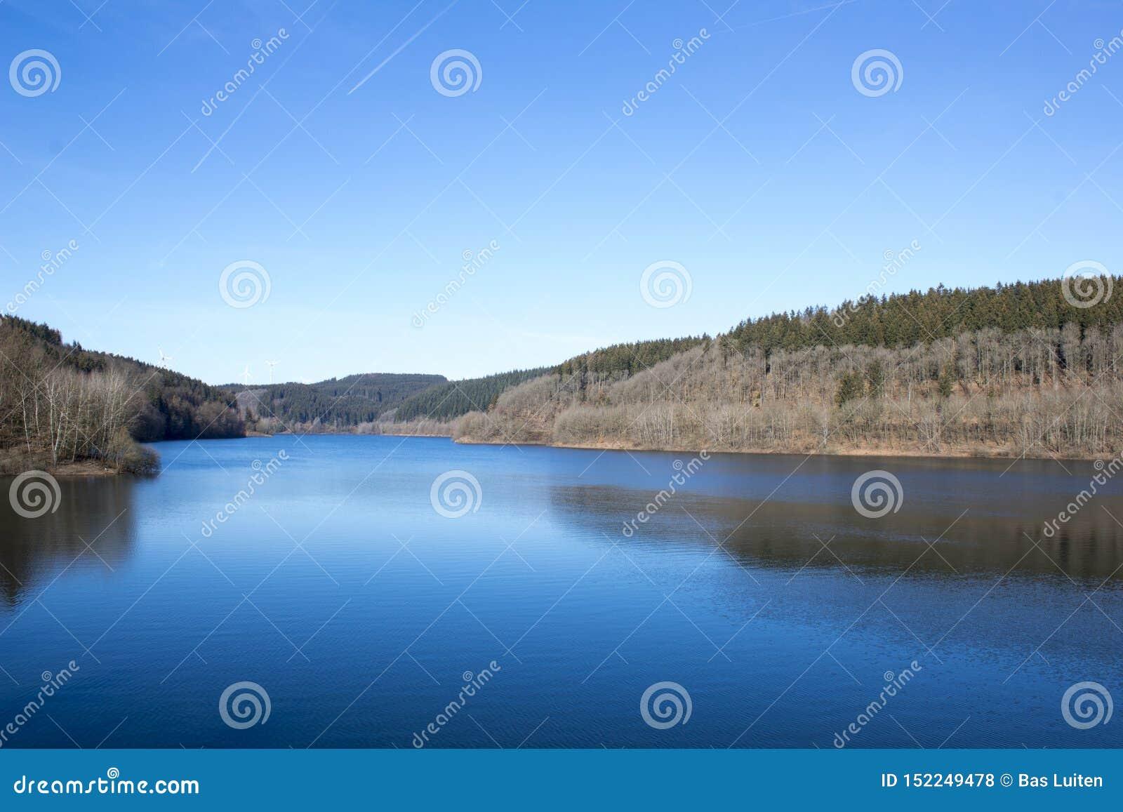 Vista di Lakeside con acqua blu perfetta