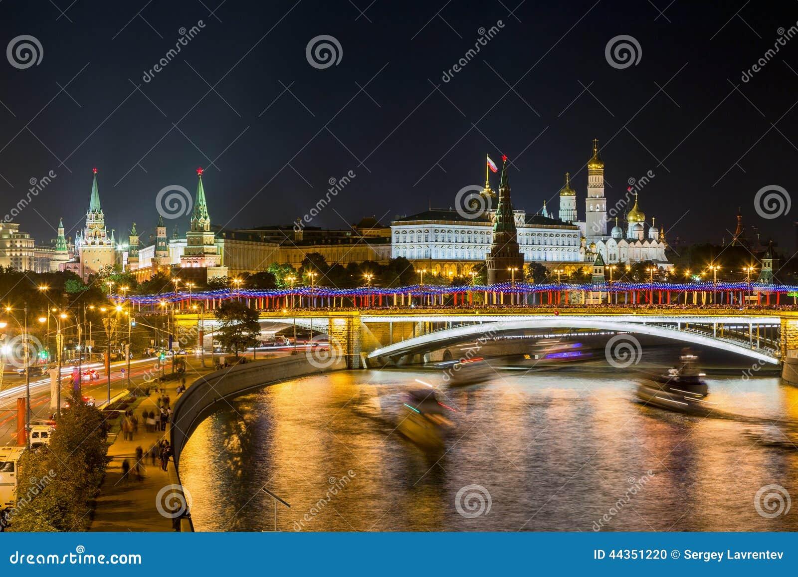Vista di notte del fiume e del Cremlino di Mosca
