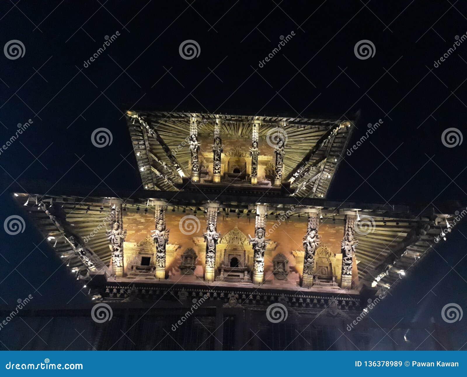 Vista di notte del tempio a Patan