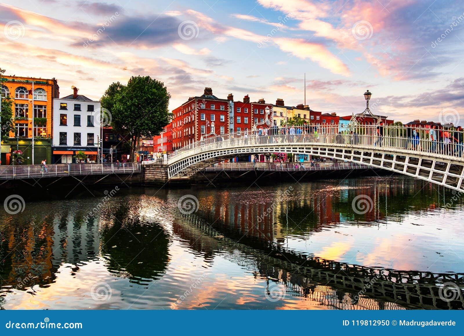 Vista di notte dell ha illuminato famoso Penny Bridge a Dublino, Irlanda al tramonto