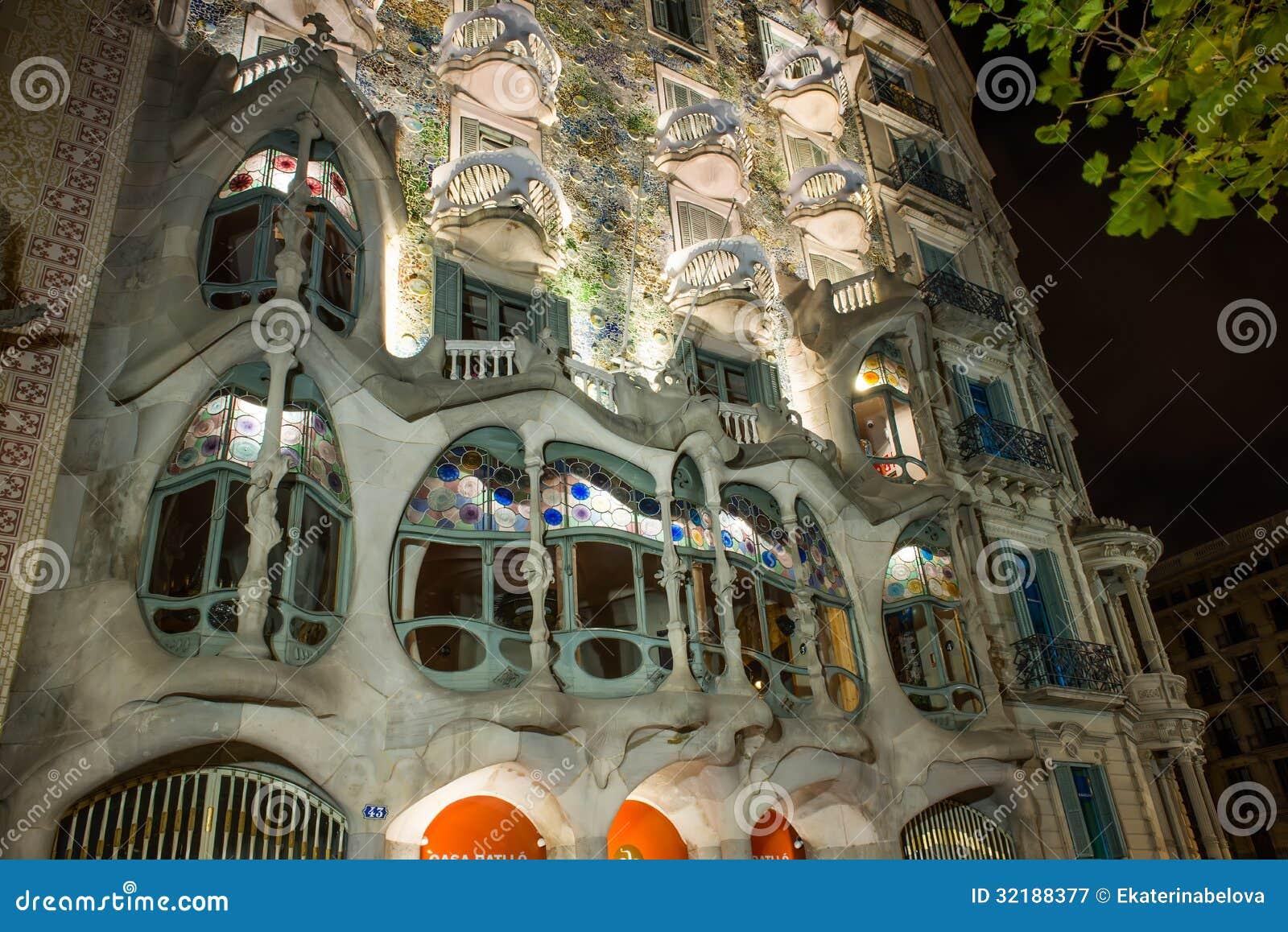 Vista di notte della facciata della casa battlo della casa for Disposizione della casa libera