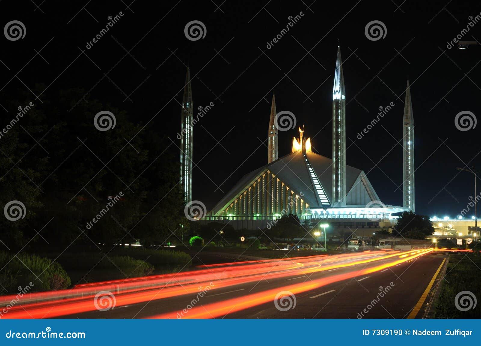 Vista di notte della moschea di Faisal