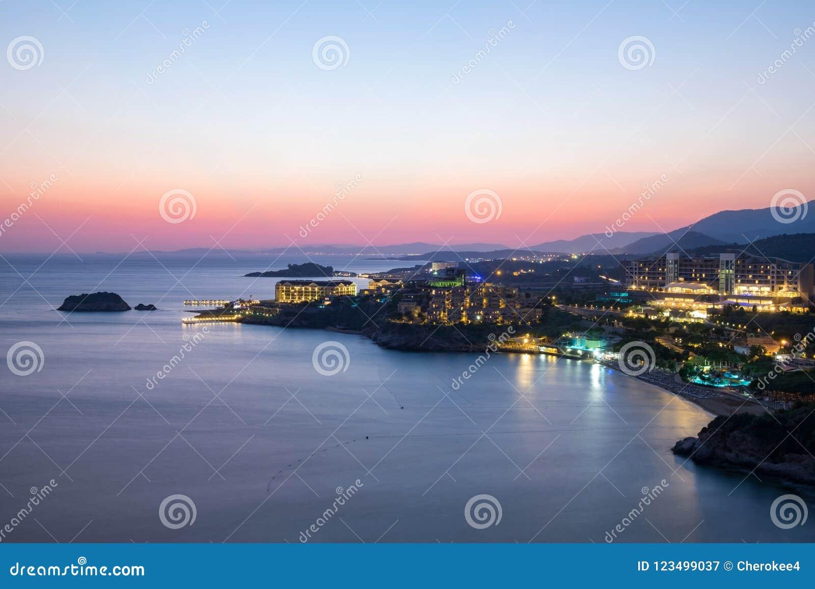 Vista di notte della spiaggia e degli hotel sulla costa dell oceano o del mare