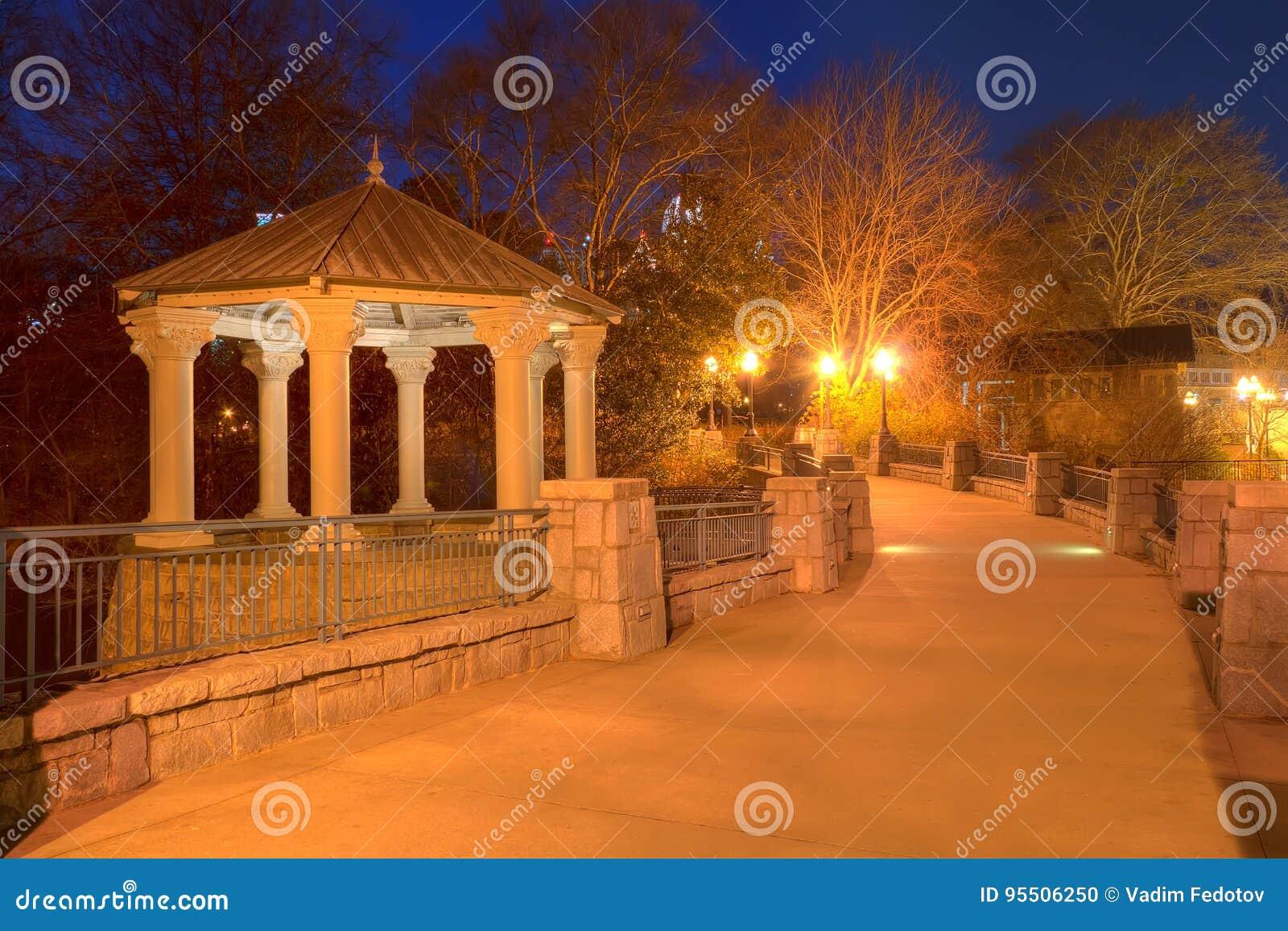 Vista di notte di Clara Meer Gazebo e del ponte, Atlanta, U.S.A.