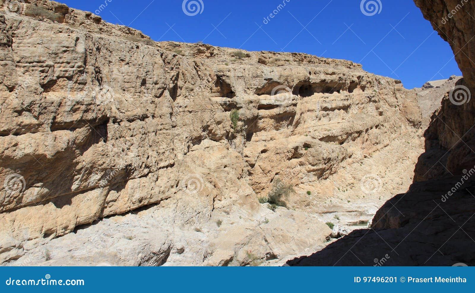 Vista di panorama del giorno di Rocky Cliff In Sunny