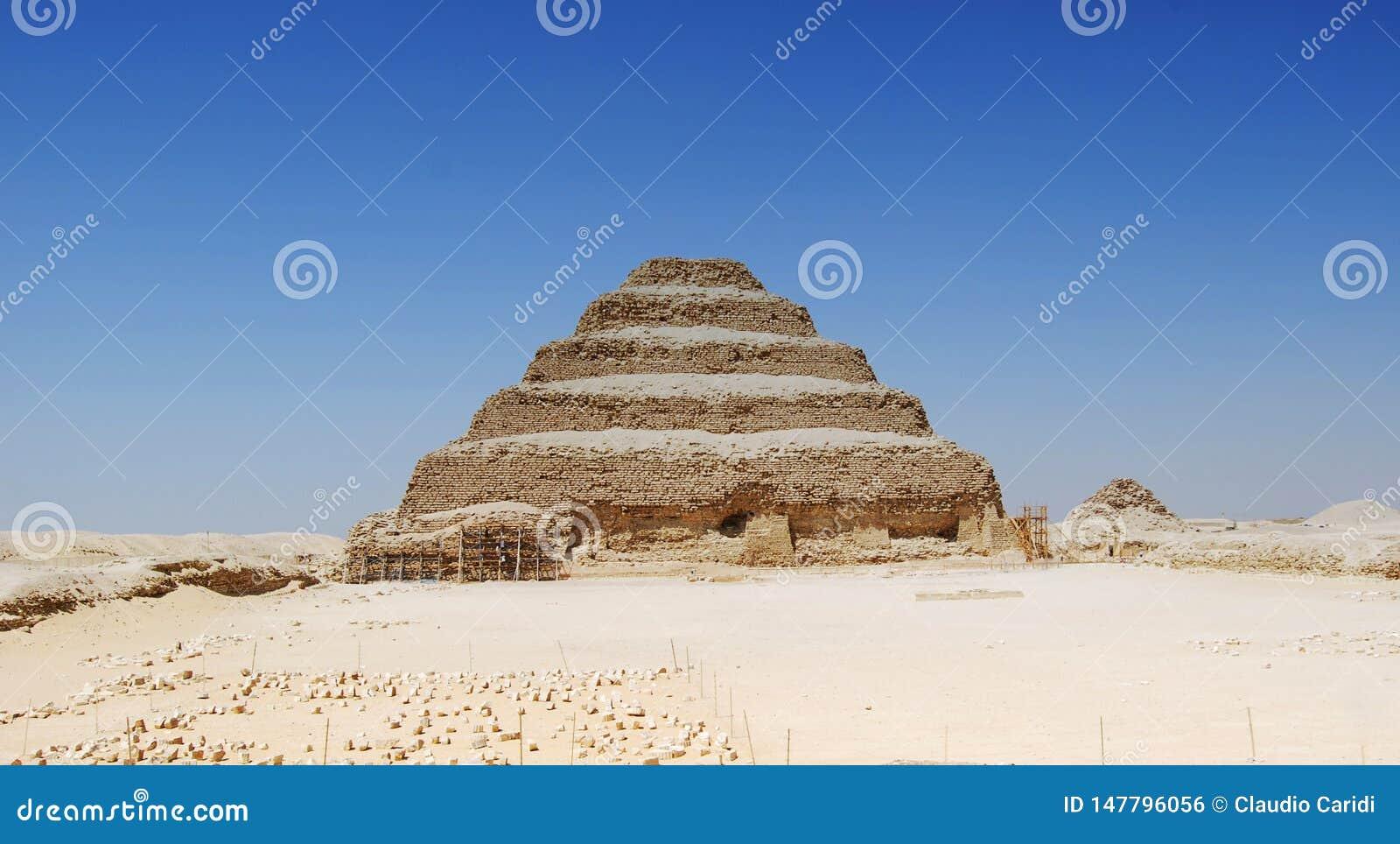 Vista di panorama della piramide di Saqqara, Egitto