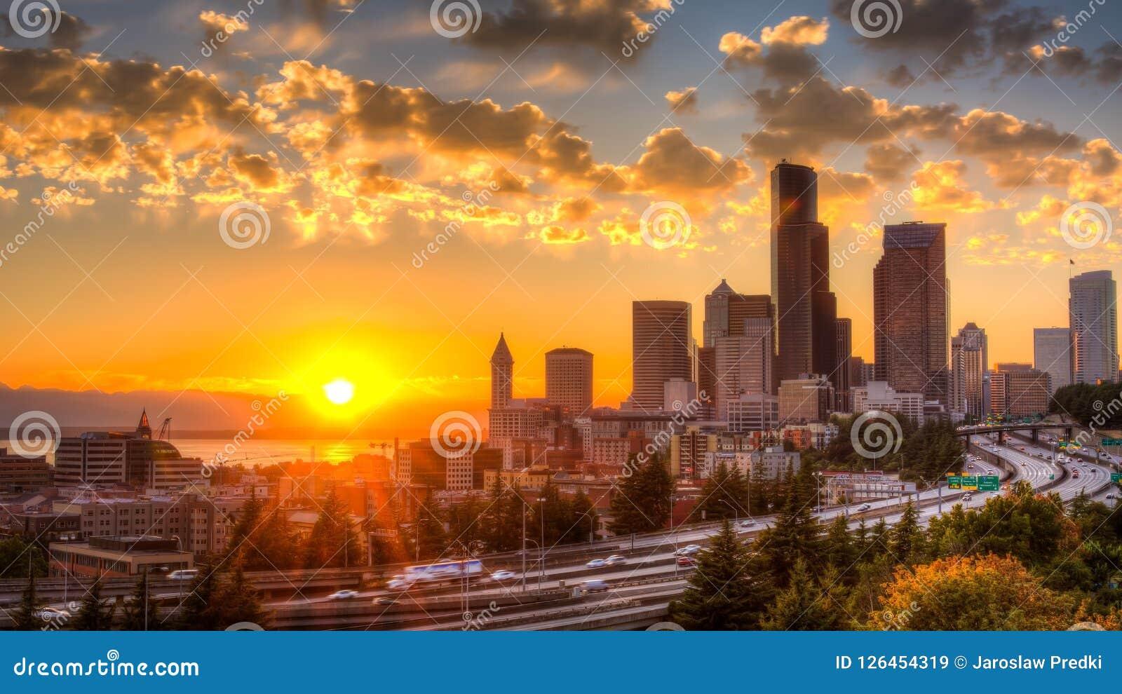 Vista di Puget Sound con i cieli blu e Seattle del centro, Washington, U.S.A.