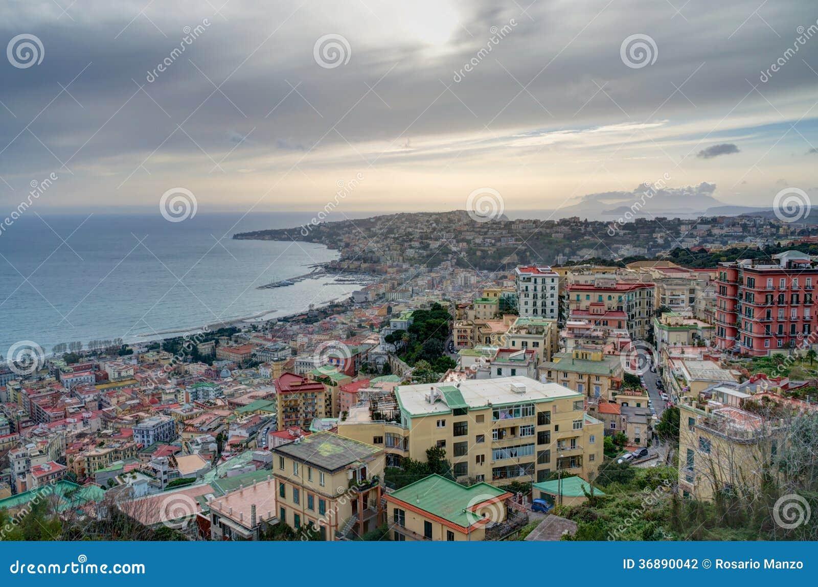 Download Vista Di Sera Della Spiaggia E Delle Colline Di Napoli Fotografia Stock - Immagine di arancione, dusk: 36890042