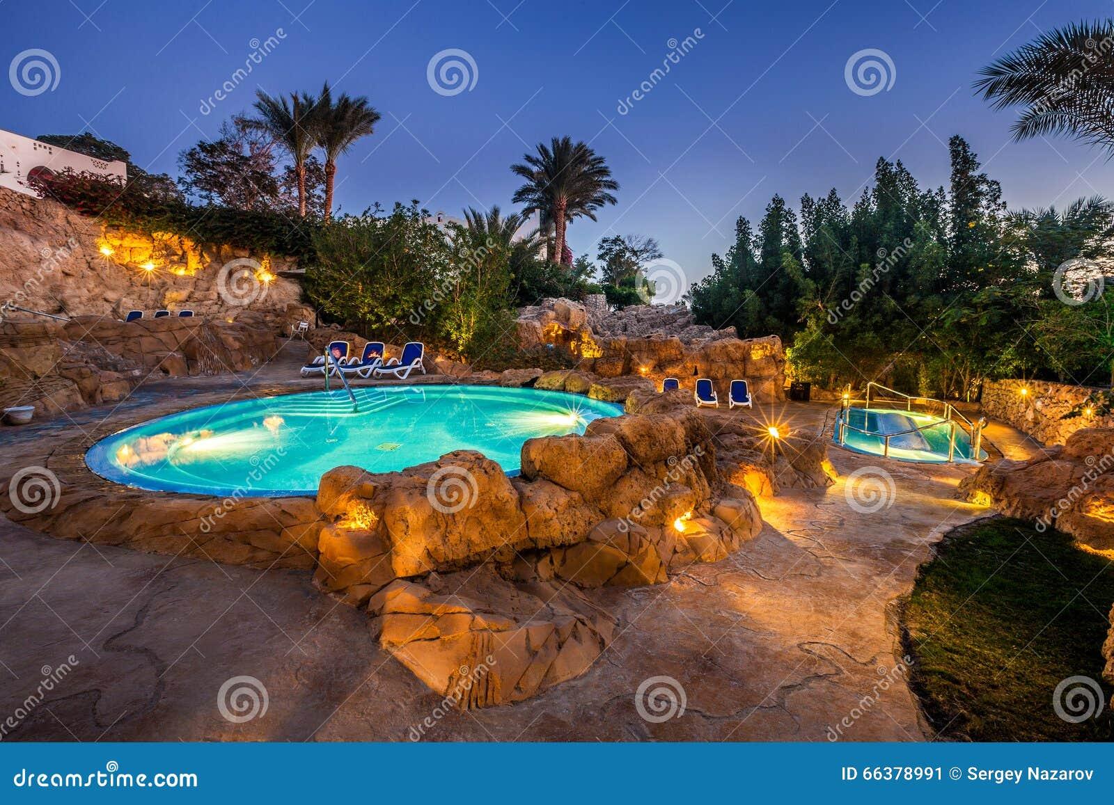 Vista di sera per la piscina di lusso nell illuminazione di notte