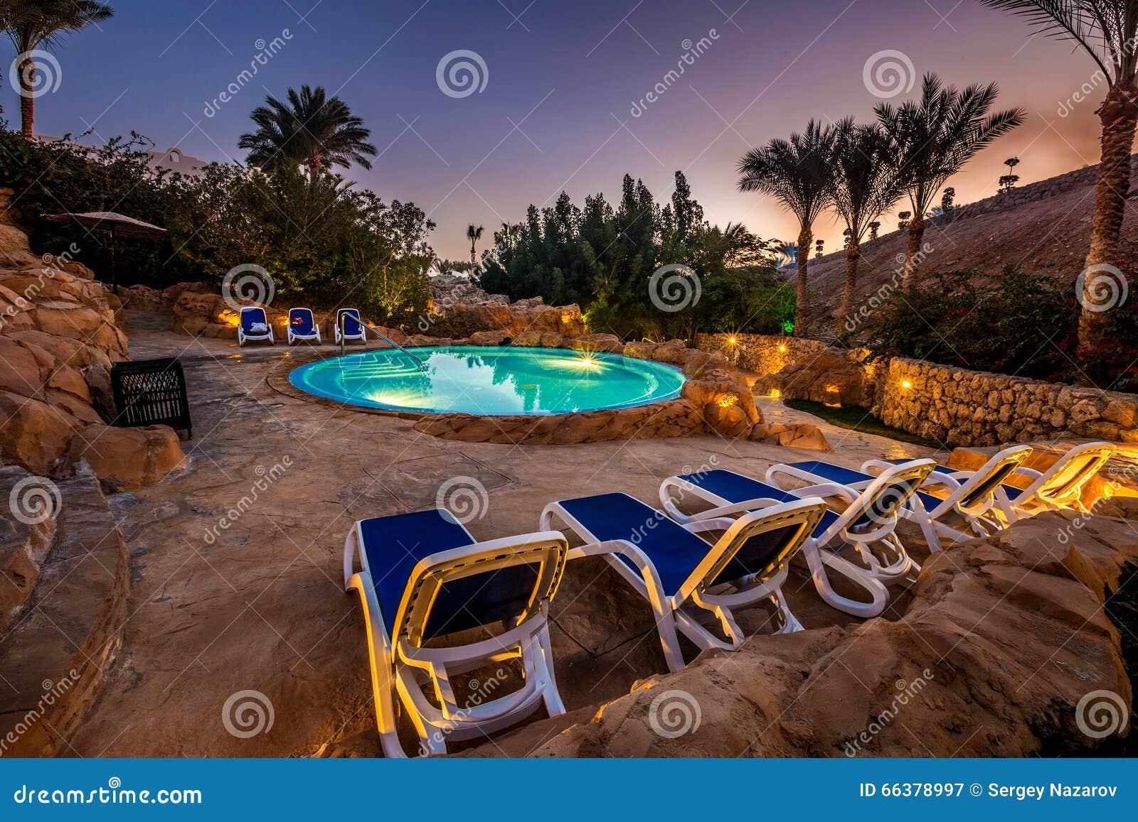 Vista di sera per la piscina di lusso nell 39 illuminazione - Illuminazione piscina ...