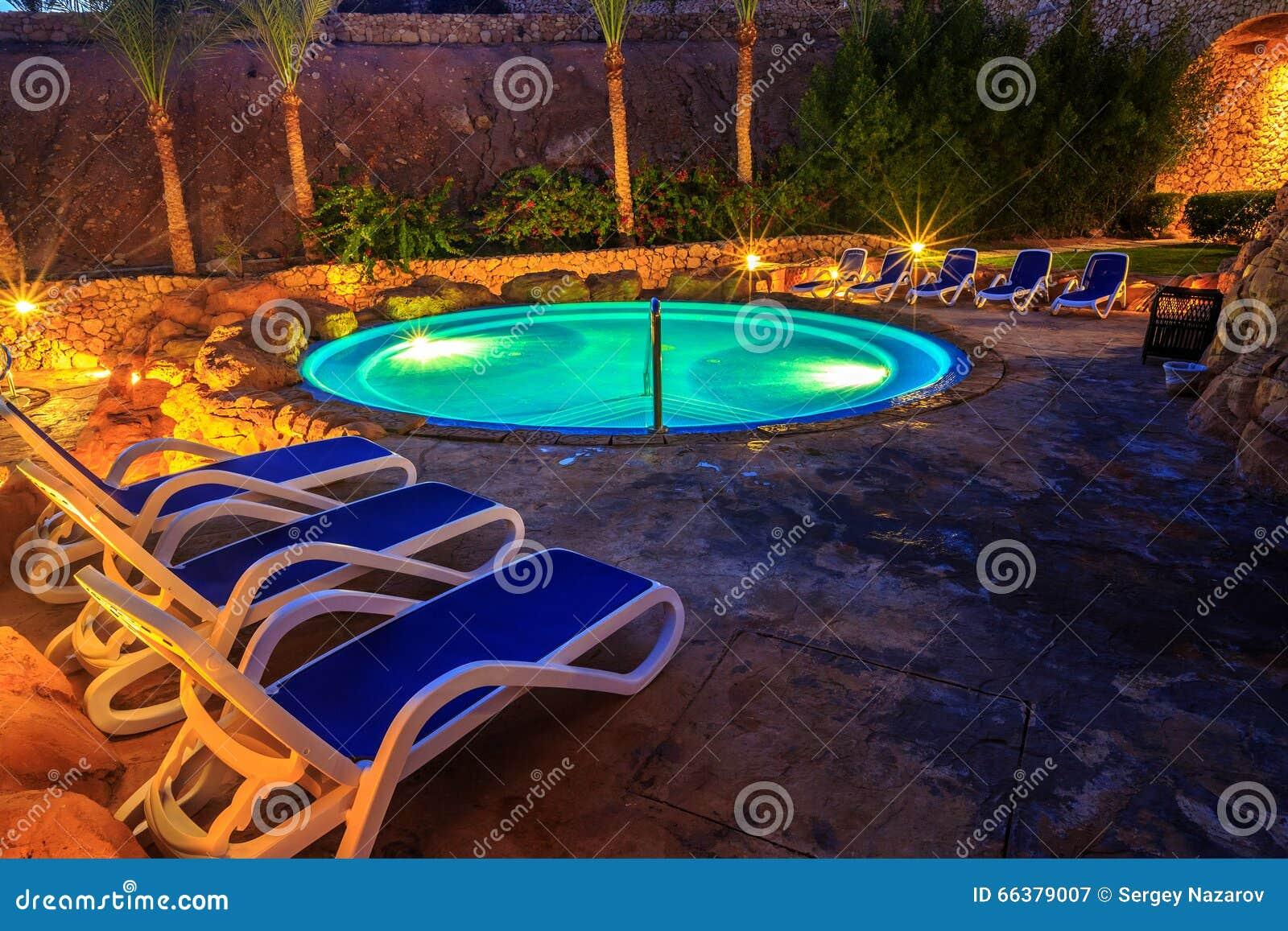 Vista di sera per la piscina di lusso nellilluminazione di notte