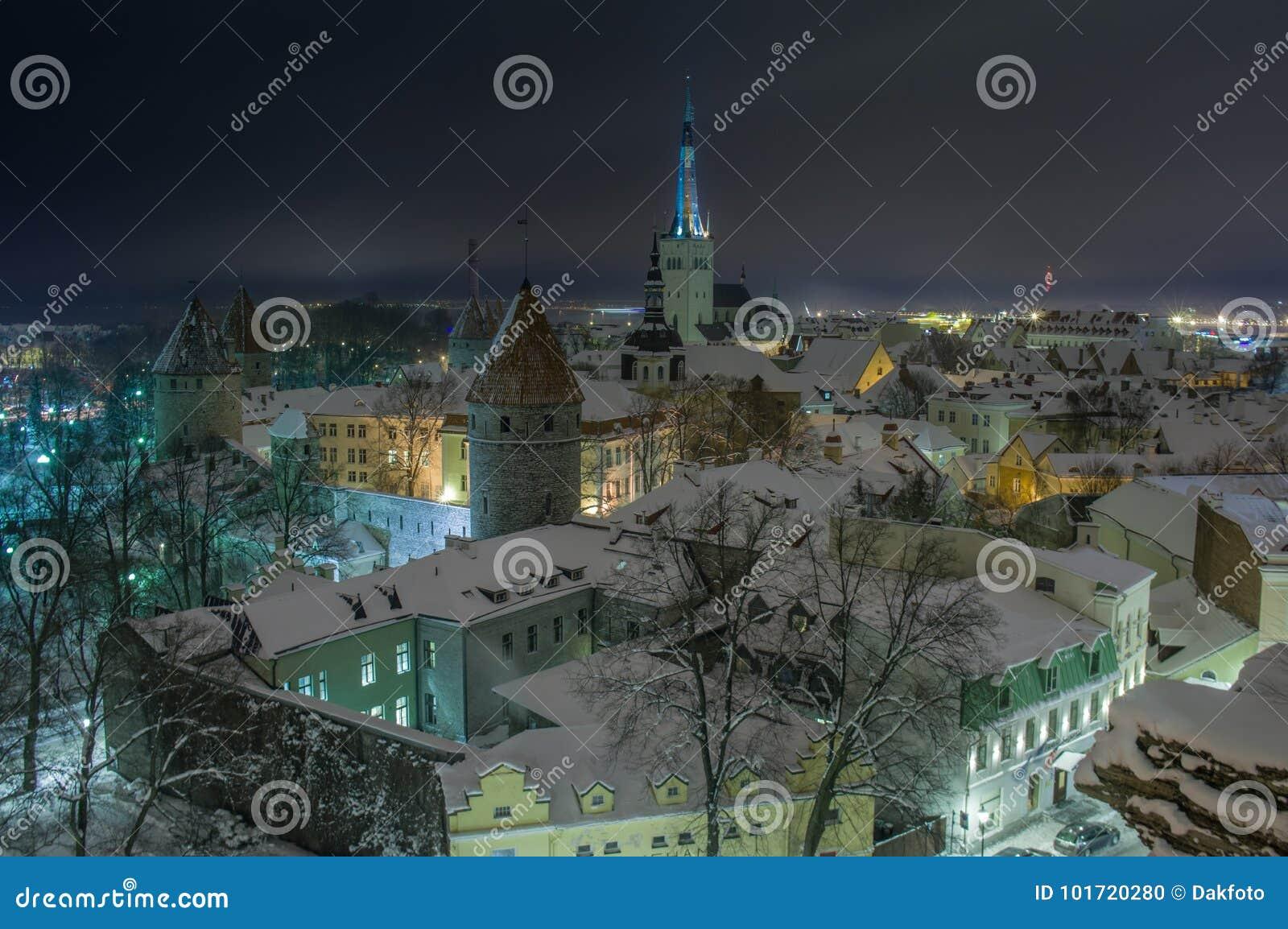 Vista di sera di Tallinn innevata