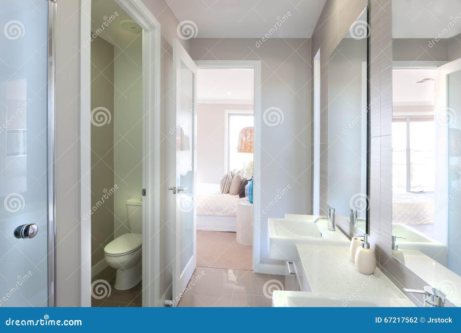 Vista di un bagno moderno con la toilette ed il modo alla camera da ...
