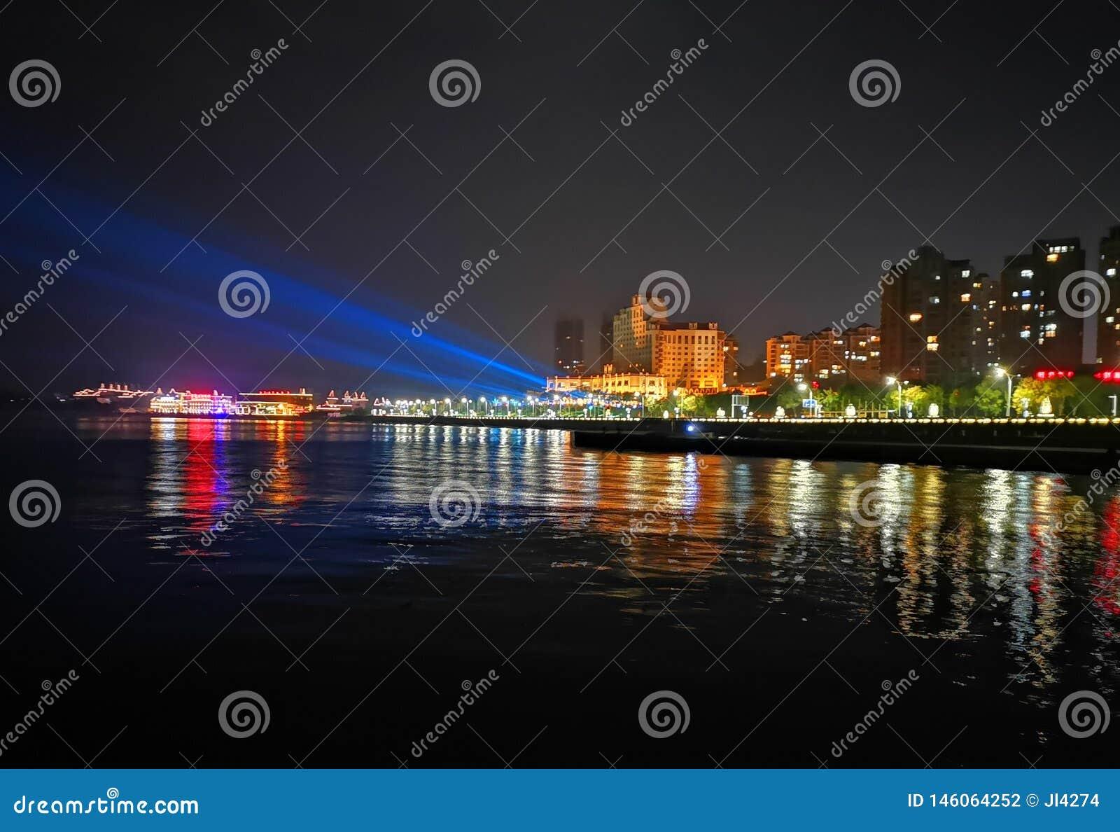 Vista di una città di spiaggia, Yantai, Cina di notte