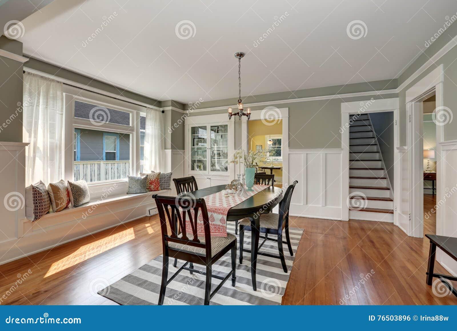Pavimenti grigi vista di una sala da pranzo classica con le pareti ed i pavimenti di legno duro - Colori per pareti sala da pranzo ...
