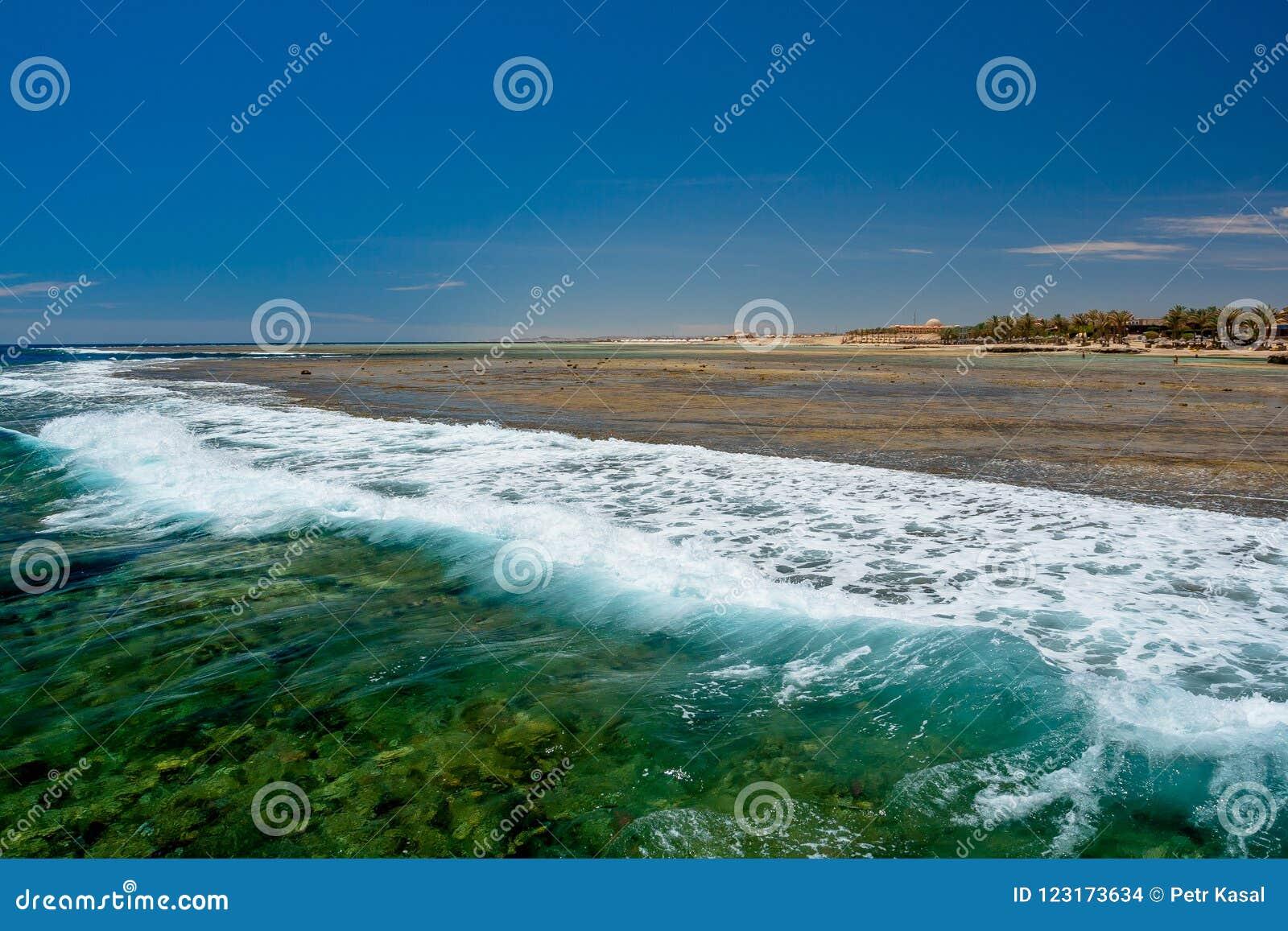 Vista di verde blu selvaggio e di Wave schiumoso al pilastro a Calimera Habiba Beach Resort