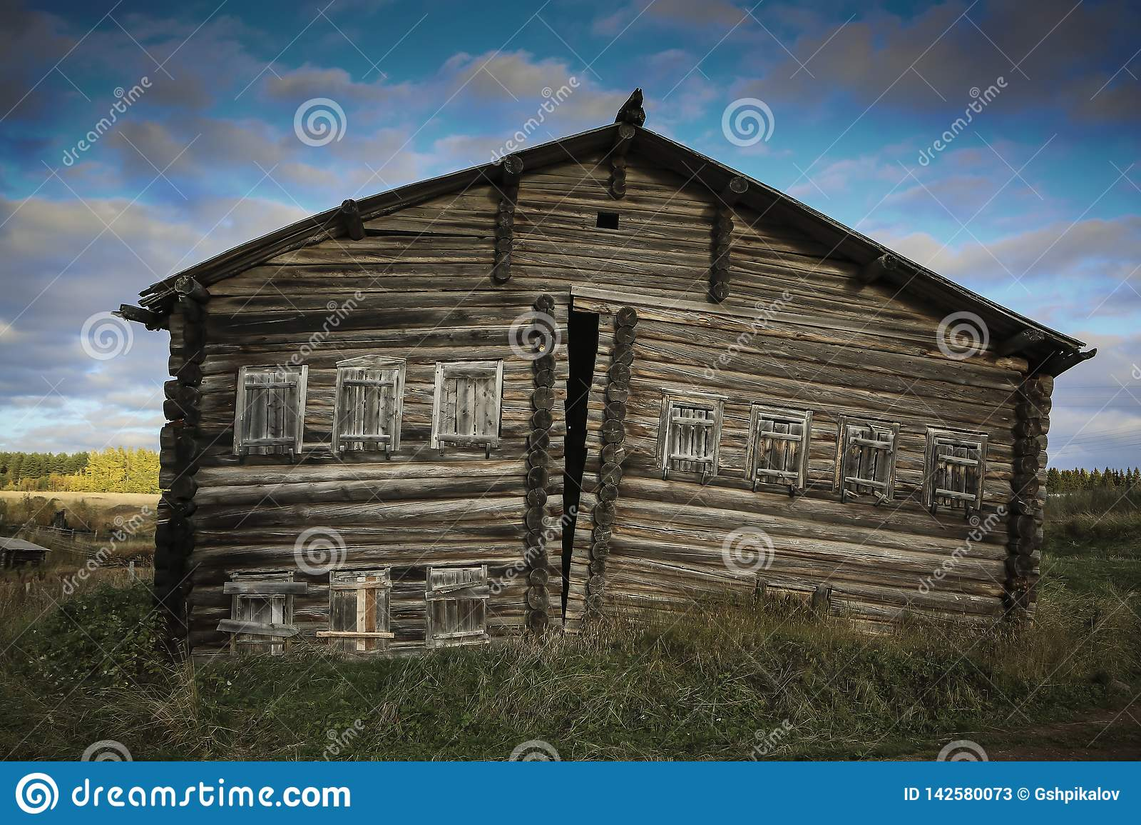 Vista dianteira da casa de log de madeira na vila do russo