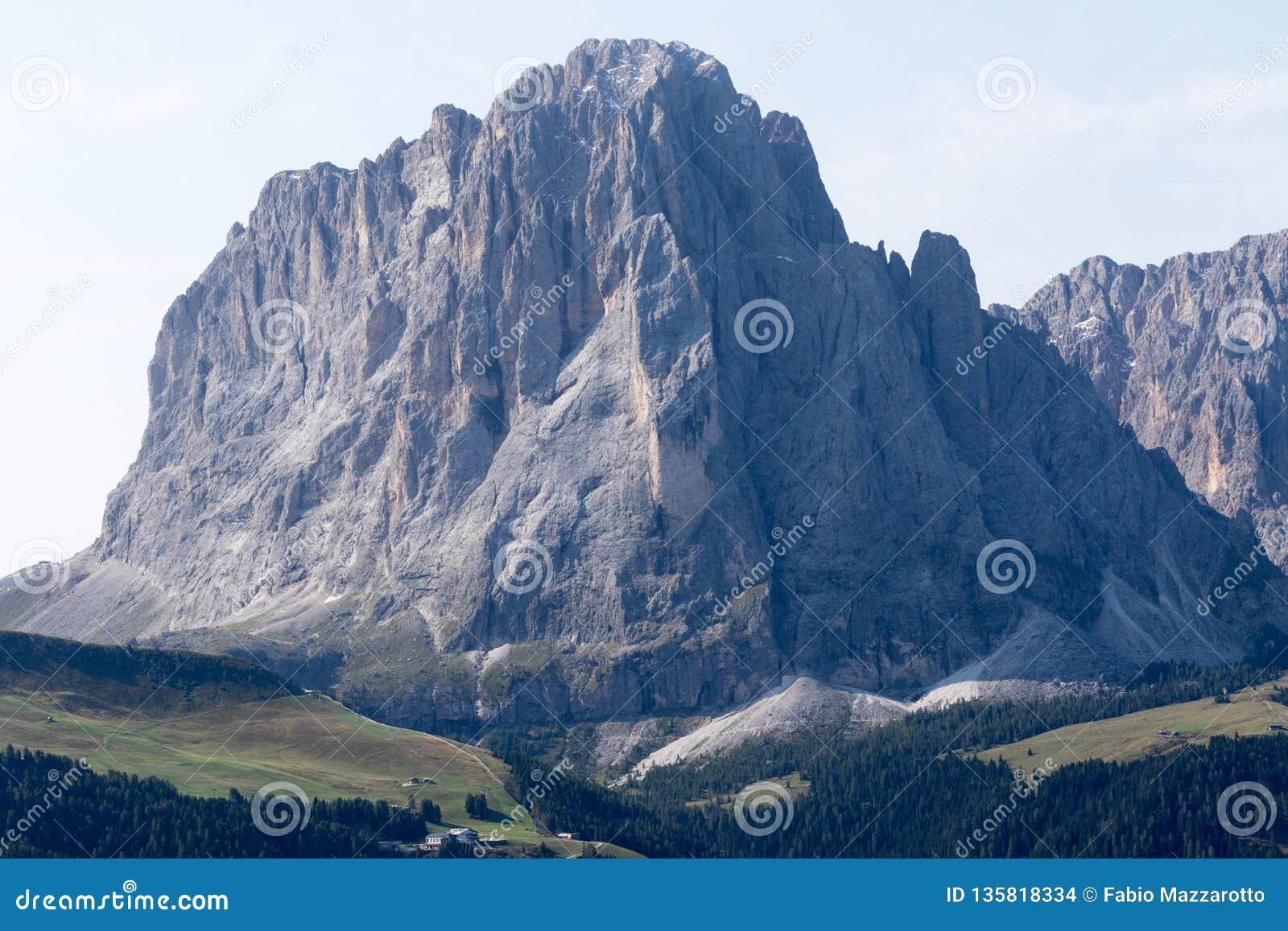 Vista dianteira da montanha de Sassolungo que é parte das dolomites, cumes europeus