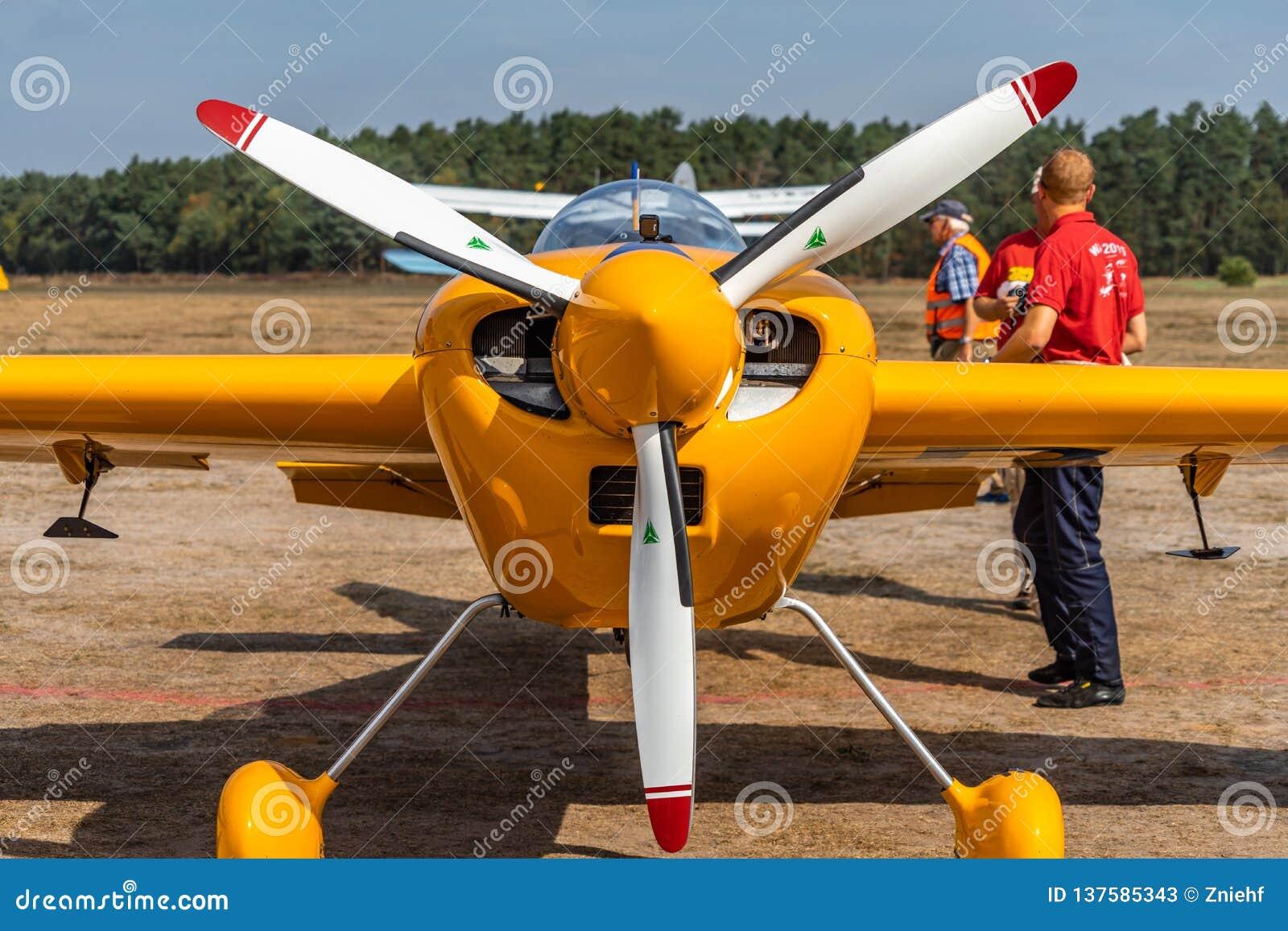 Vista dianteira do laser, um avião poderoso pequeno da hélice do único motor para acrobacias