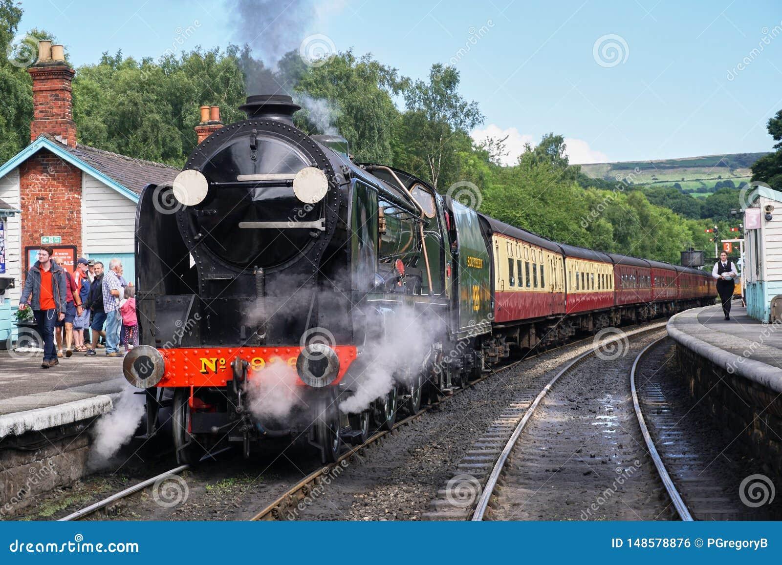 Vista dianteira do motor de vapor do vintage - North Yorkshire amarra a estrada de ferro