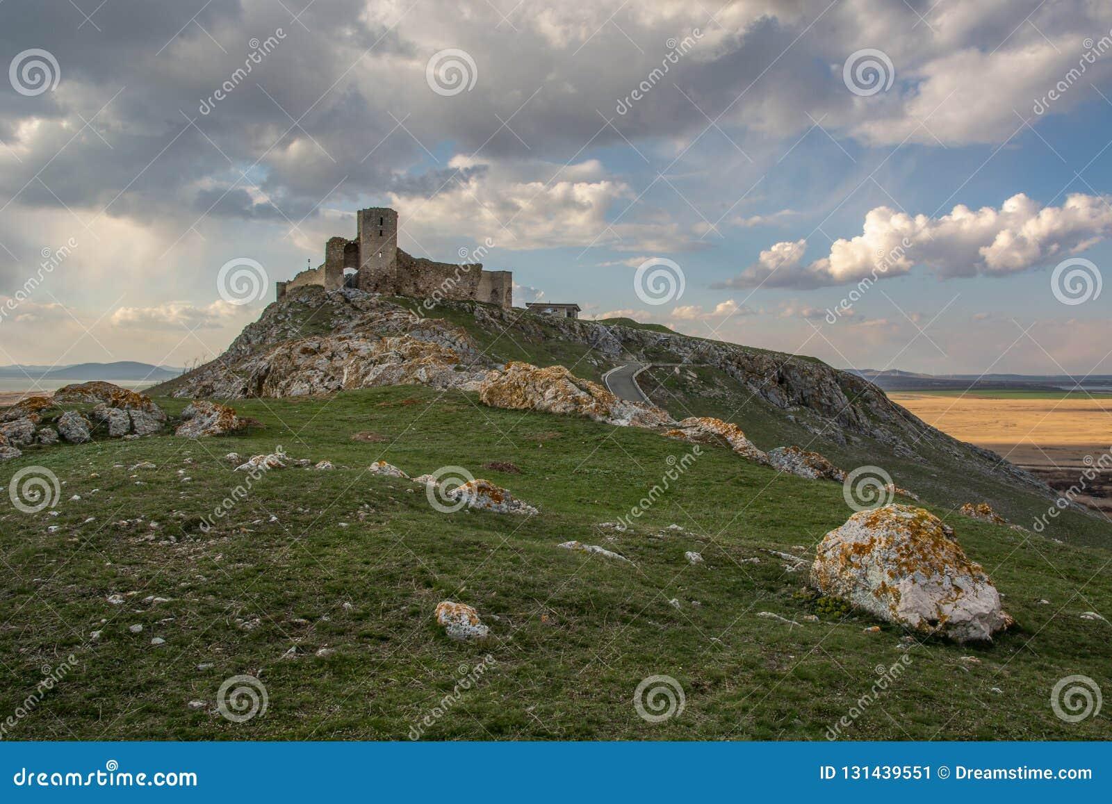 Vista distante del castillo detrás de las piedras