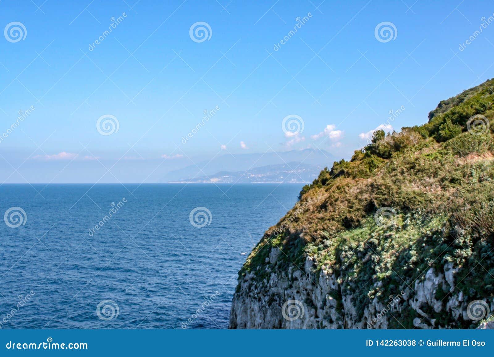 Vista distante sobre o mar de Capri