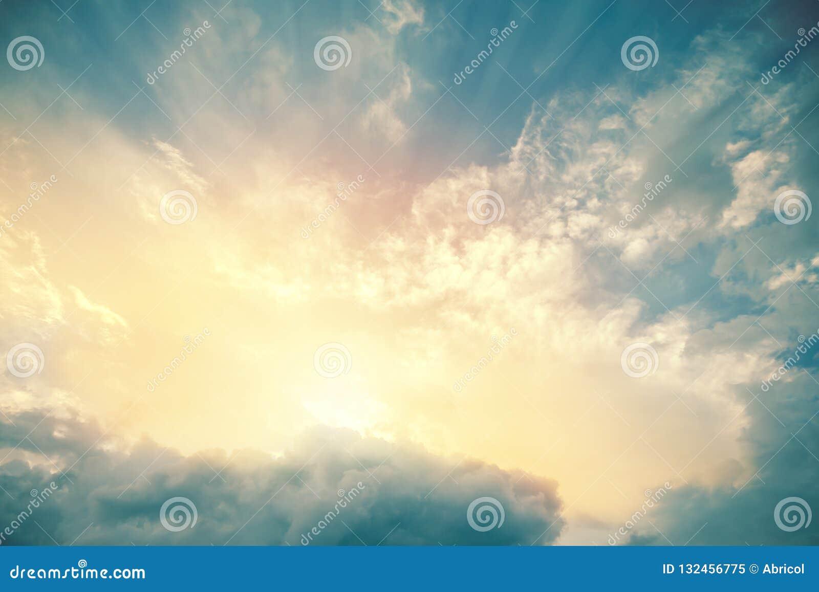 Vista divina de los haces del sol que encienden el cielo de azules turquesa