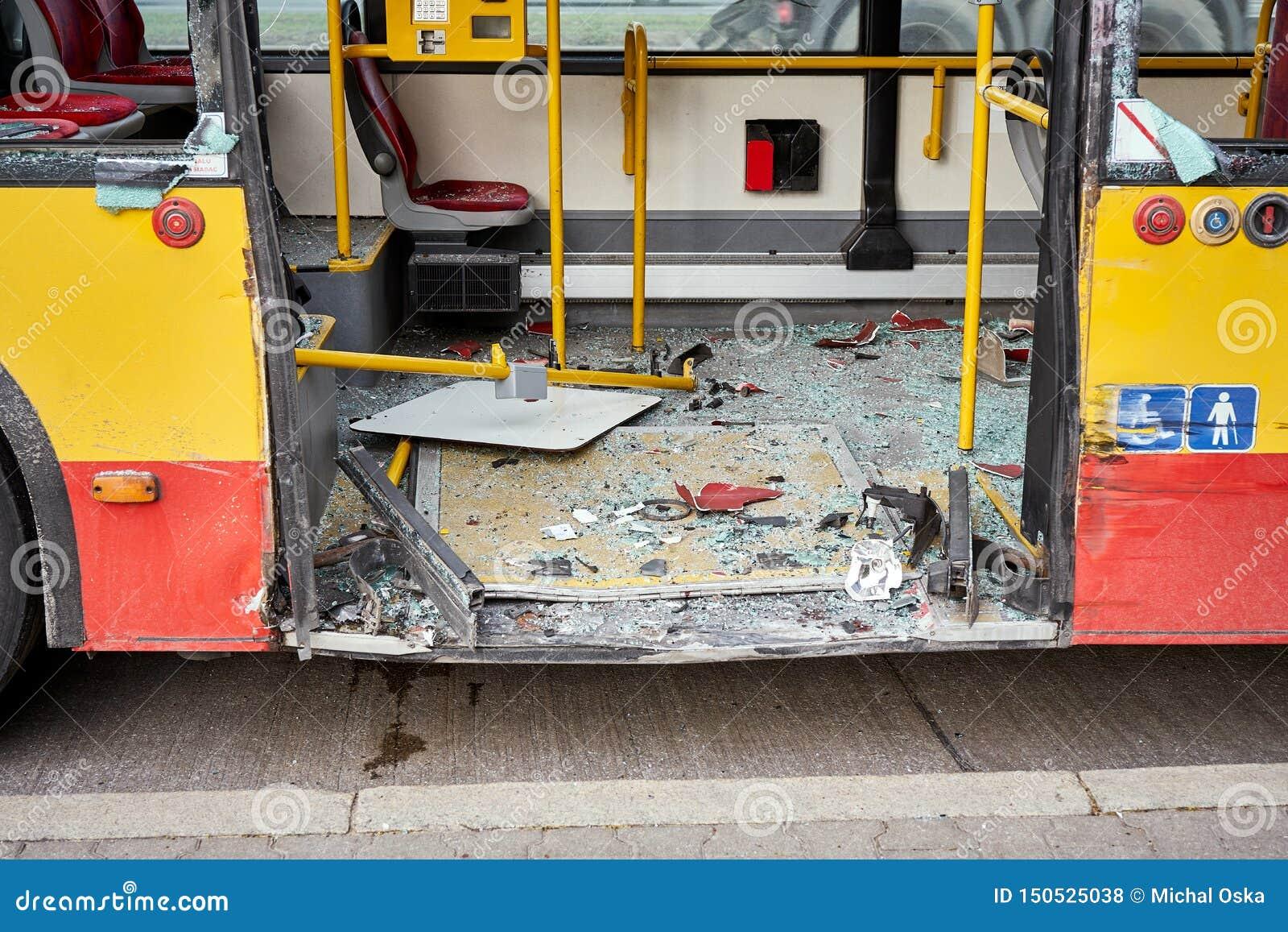 Vista do ônibus devastado da cidade após o acidente de viação