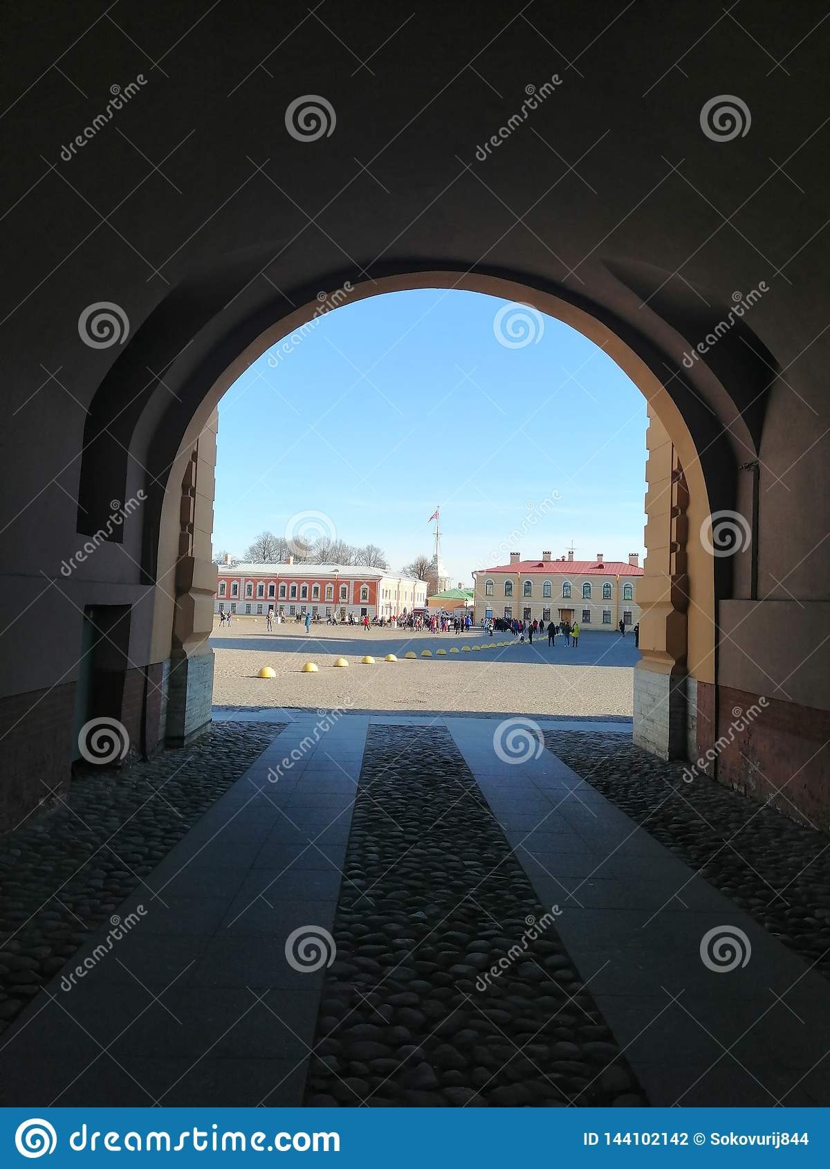 A vista do arco no quadrado da catedral