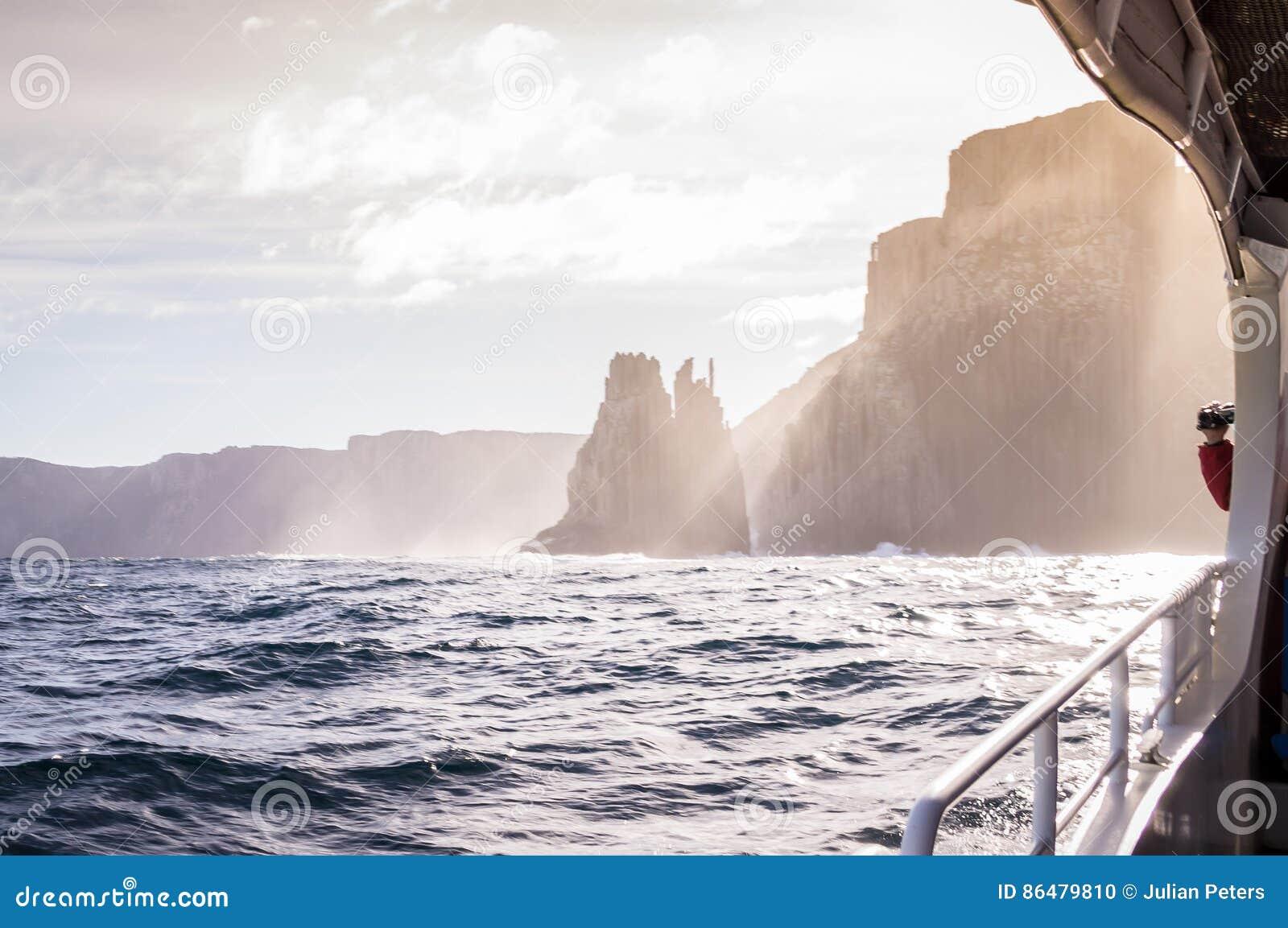Vista do barco da excursão na ilha de Tasman, Tasmânia, Austrália
