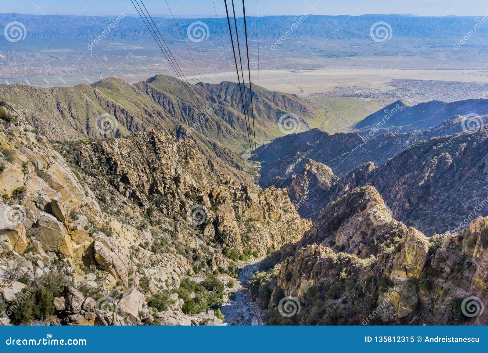 Vista do bonde aéreo do Palm Springs na maneira acima da montanha de San Jacinto, Califórnia