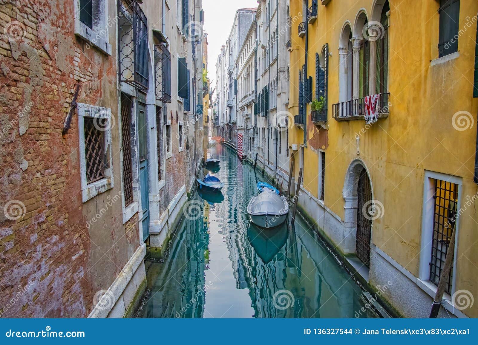Vista do canal com os barcos em Veneza, Itália Veneza é um destino popular do turista de Europa