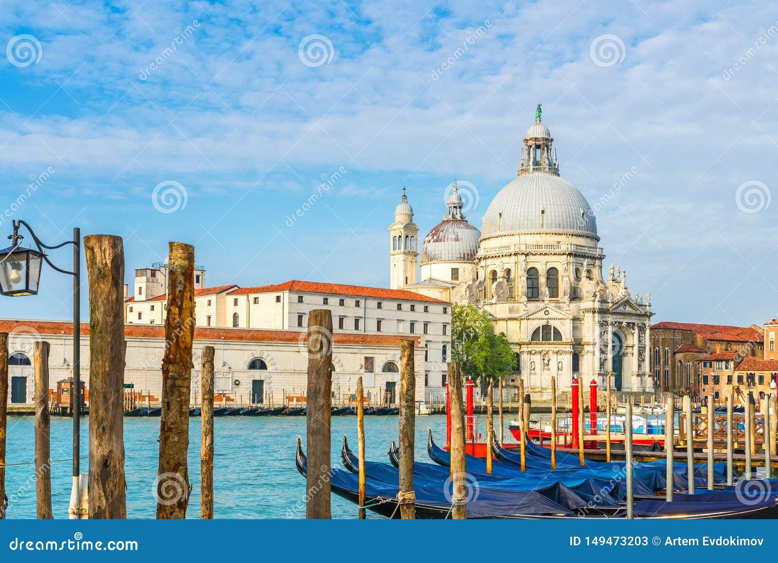 Vista do canal grandioso com os di hist?ricos Santa Maria della Salute da bas?lica no fundo e nas g?ndola Veneza, It?lia