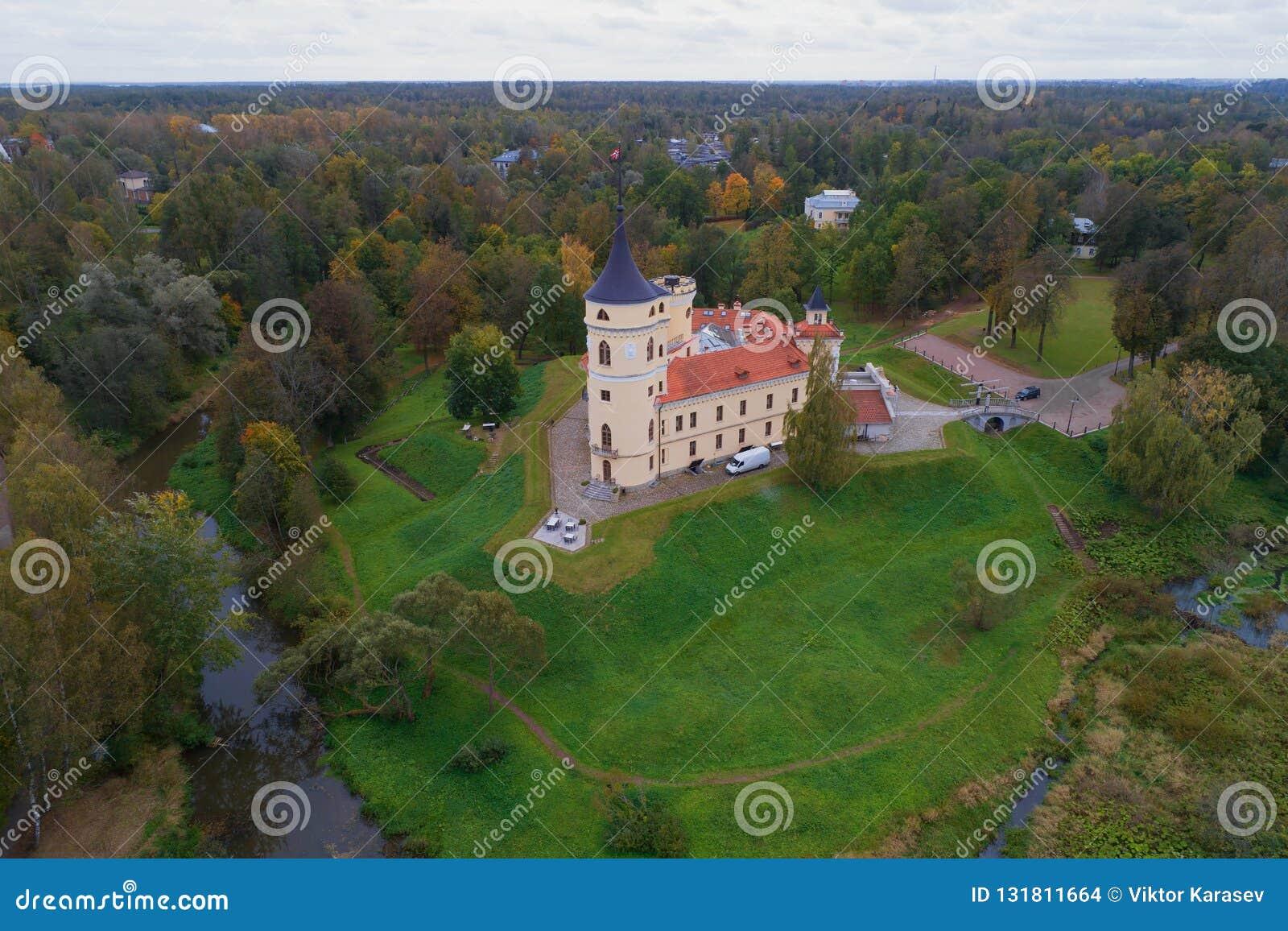 Vista do castelo de Bip, fotografia aérea do dia sombrio de outubro Pavlovsk