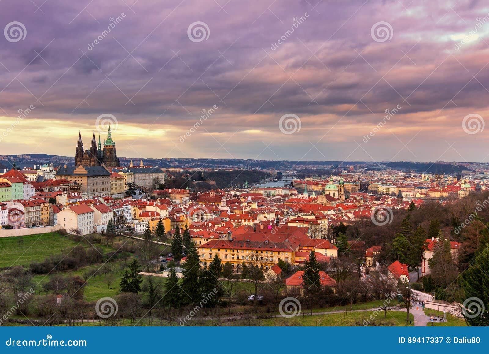 Vista do castelo de Praga e de Praga do monte de Petrin no por do sol com
