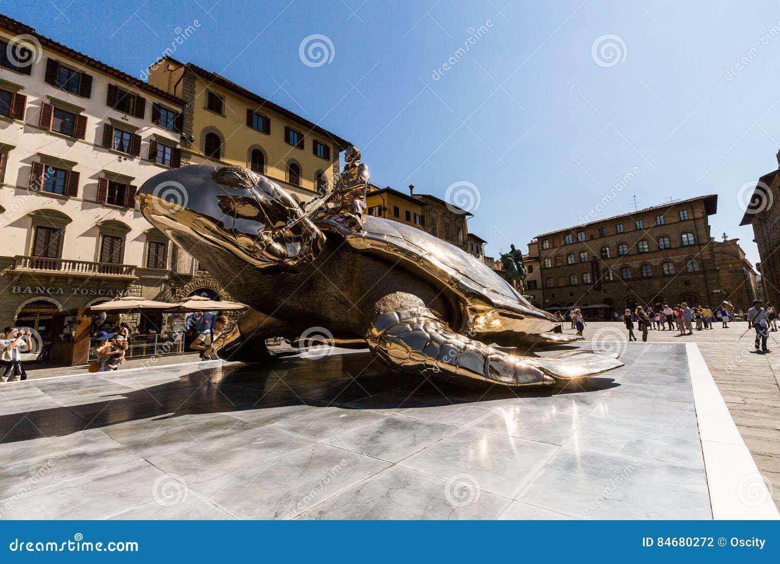 FLORENÇA, ITÁLIA - 17 DE JULHO DE 2016  Vista do della Signoria da praça e  uma instalação da arte com uma tartaruga dourada o 17 de julho de 2016 Este  ... 215d840846