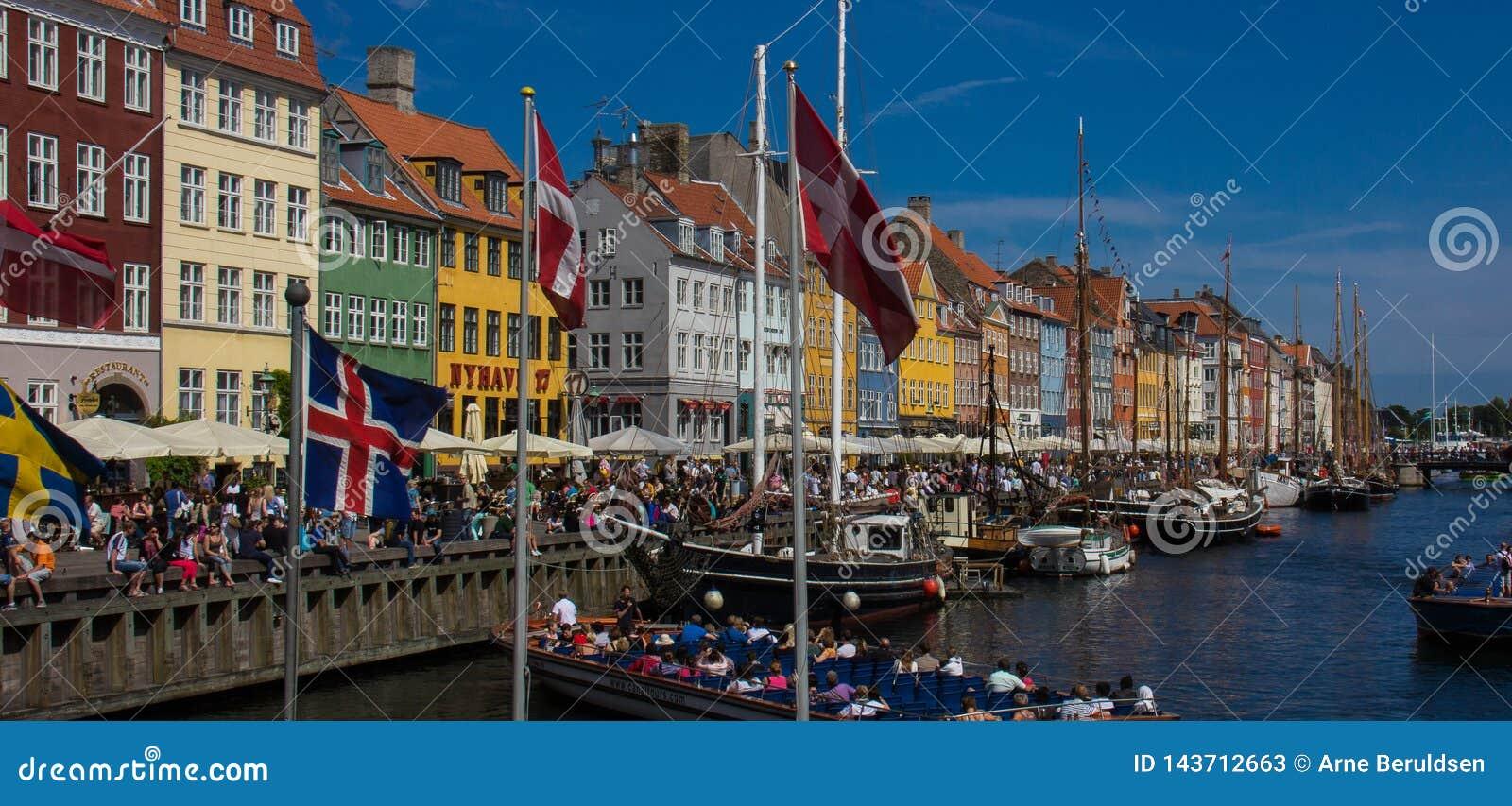 Vista do distrito da margem do Nyhavn de Copenhaga