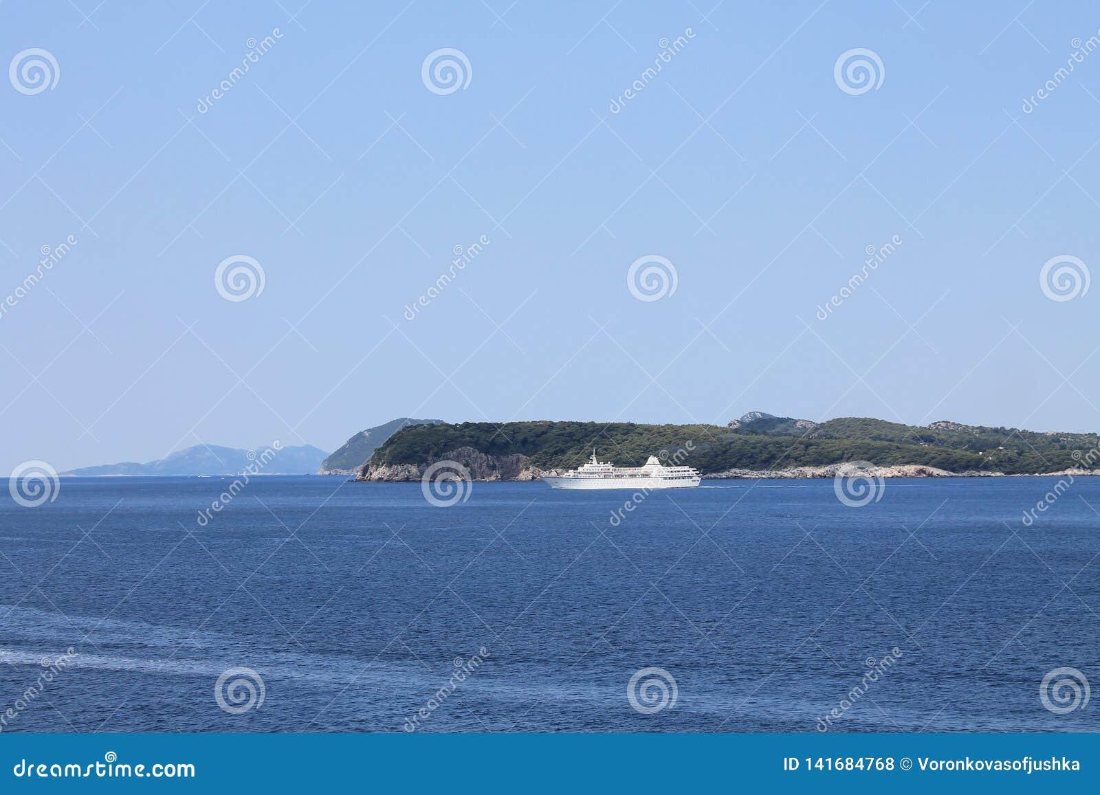 Vista do mar de adriático na península de Lapad da Croácia