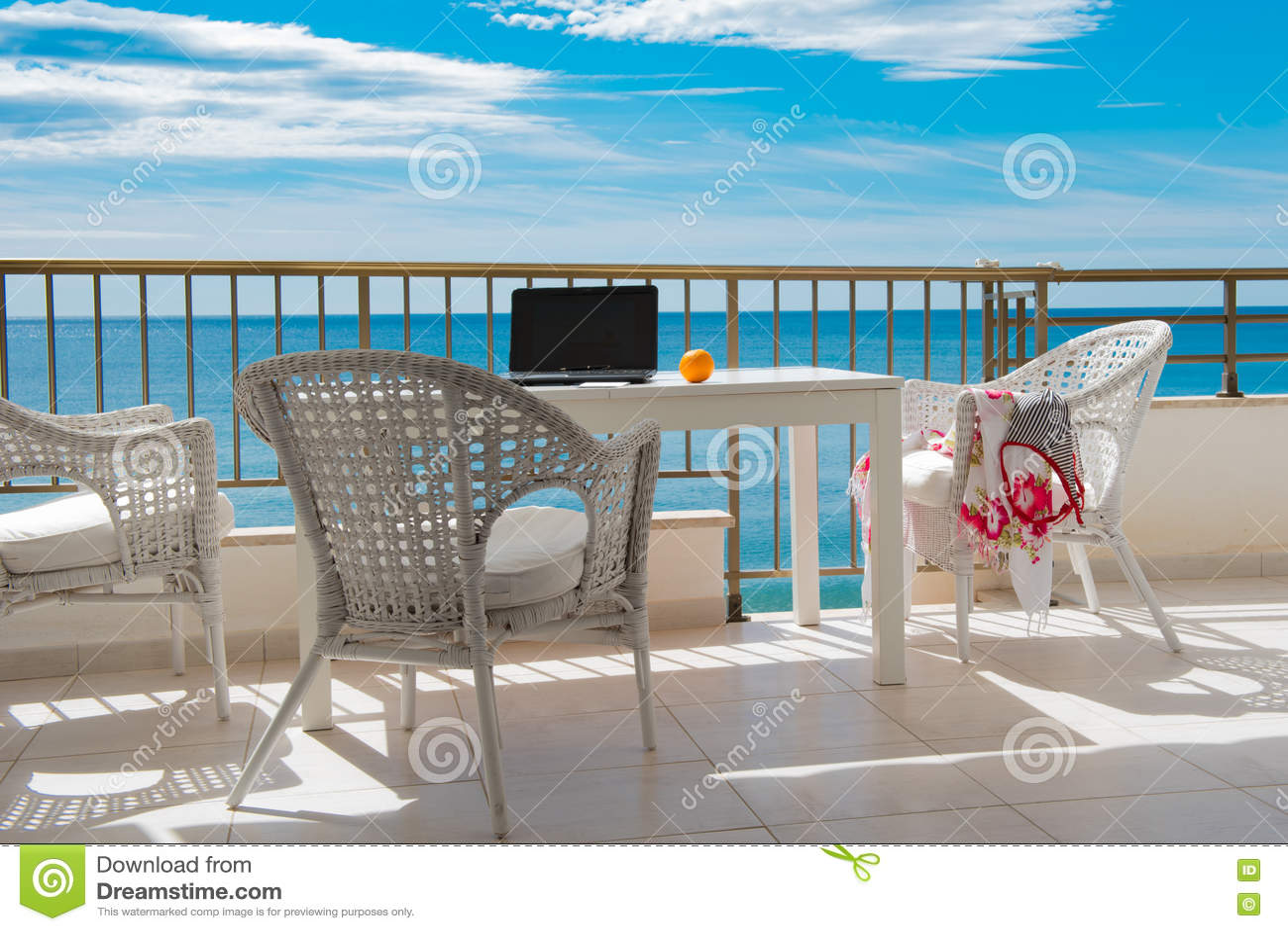 Vista do mar do balcão com tabela e os cheas brancos, SK azul